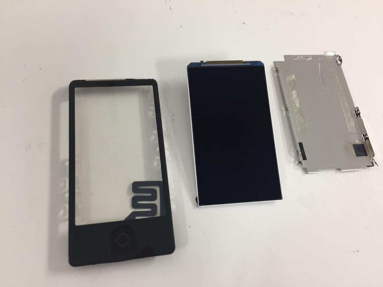 液晶を本体から取り出したiPod nano7