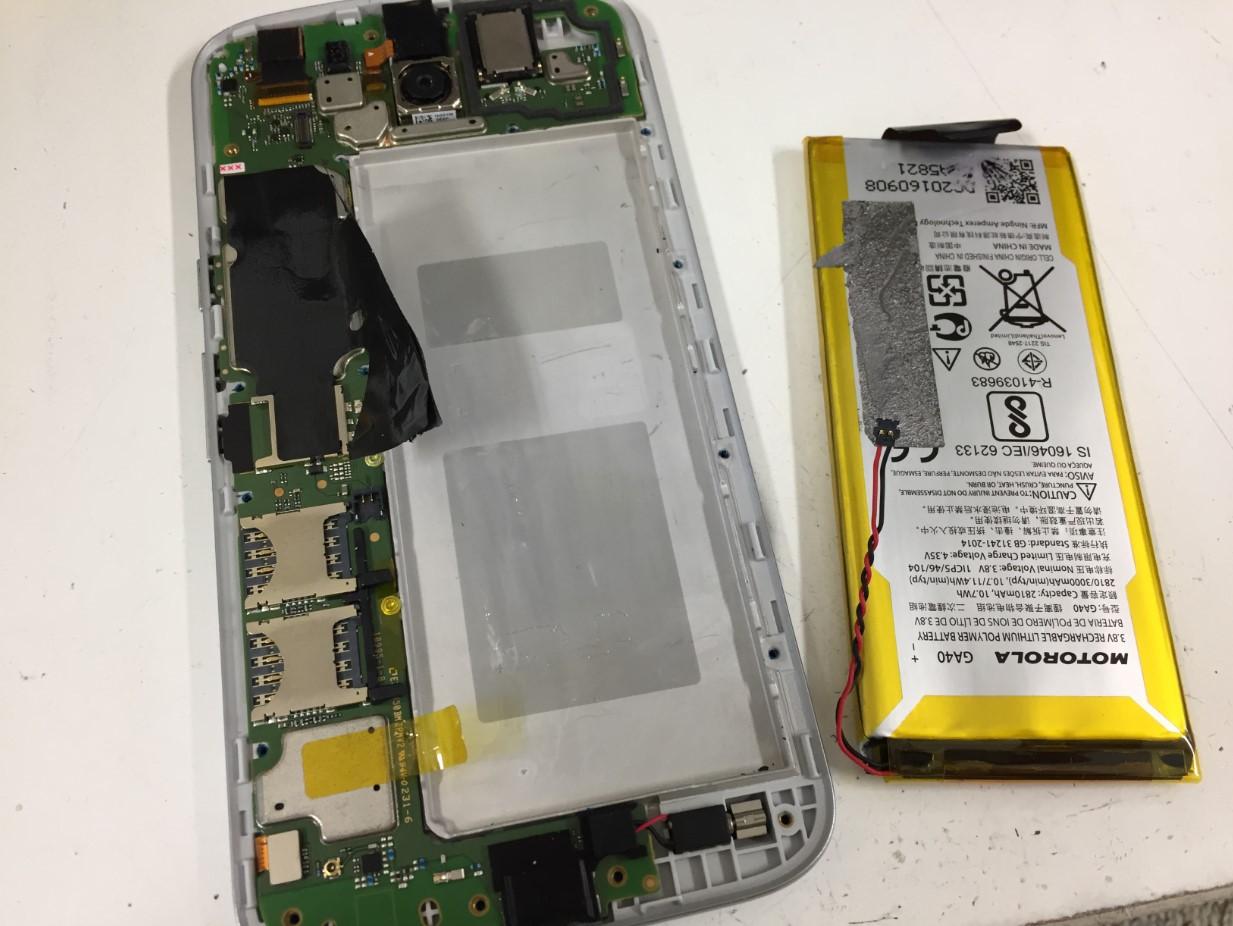 劣化した電池を取り出したMoto G4 Plus