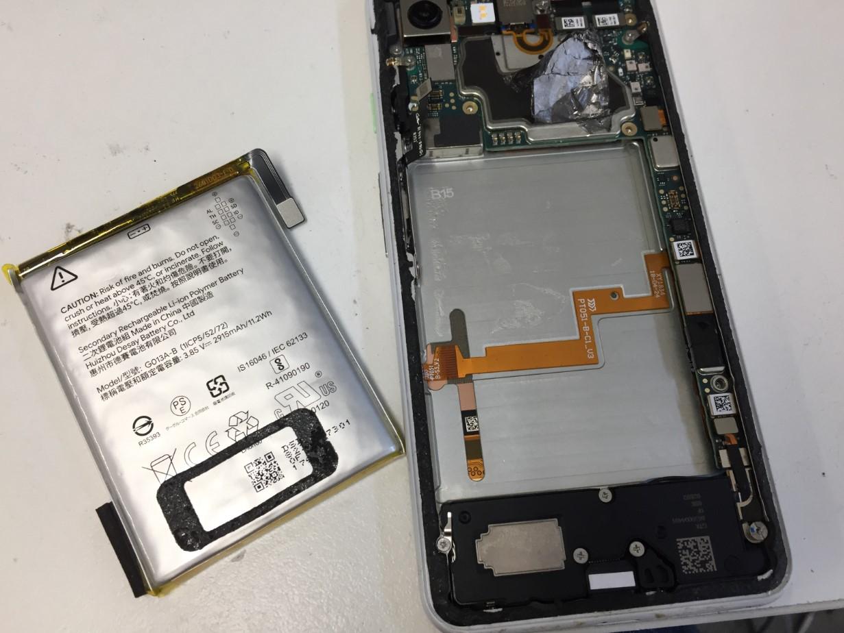劣化したバッテリーを取り出したピクセル3