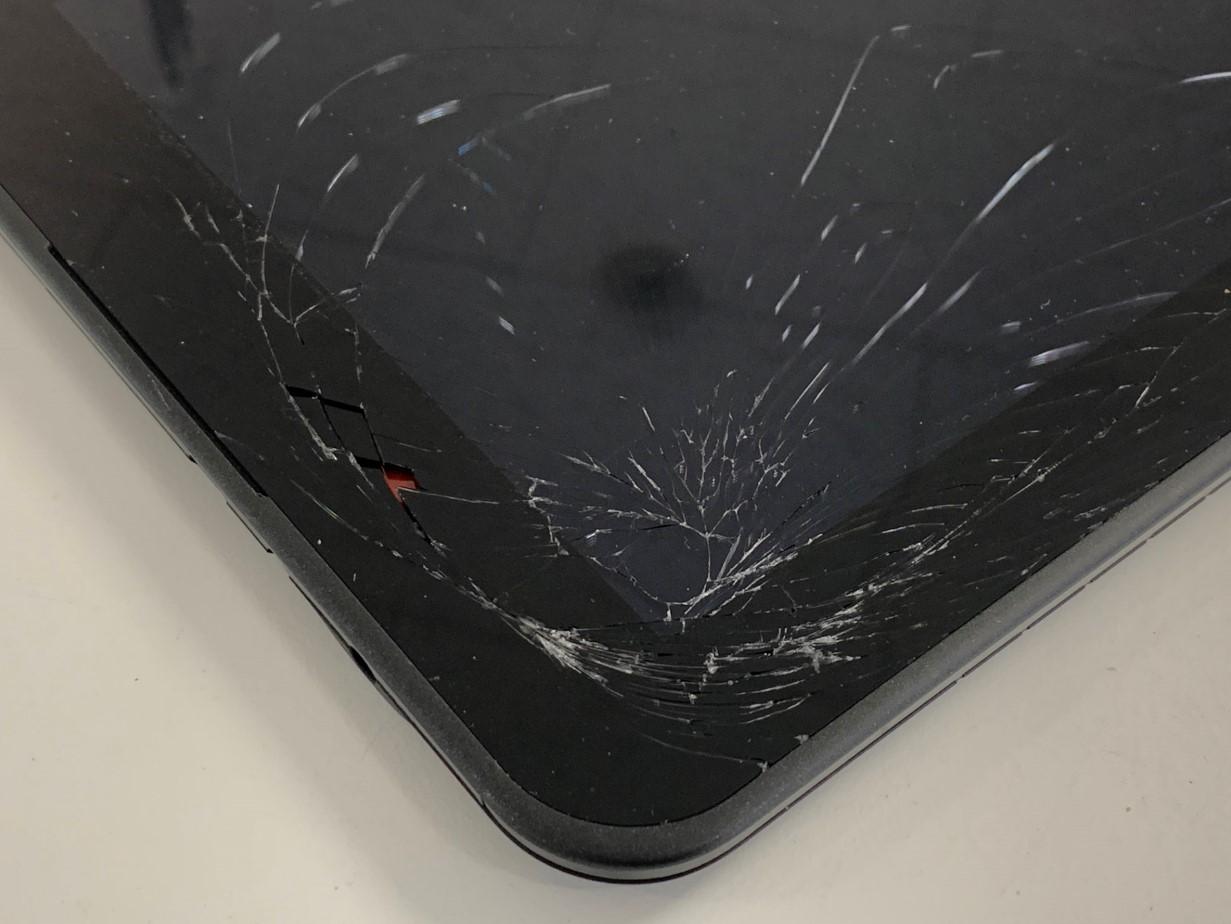 ガラスが割れて本体内部が見えているスマイルゼミタブレット3