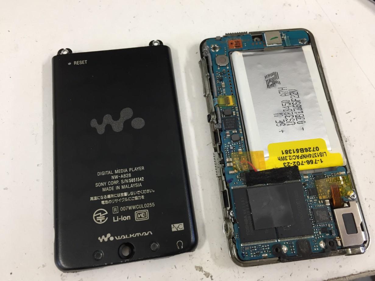 背面パネルを剥がしたWALKMAN NW-A828