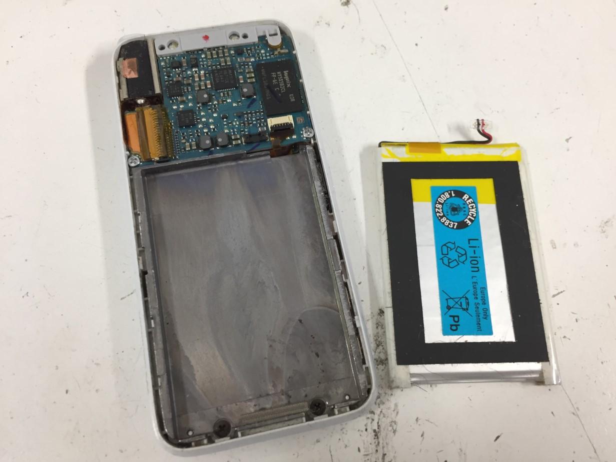 本体から劣化したバッテリーを取り出したウォークマン NW-S636F