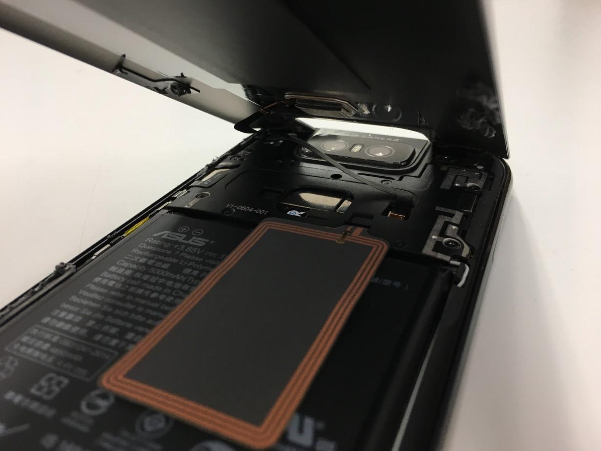 背面パネルを剥がしたZenfone6(ZS630KL)