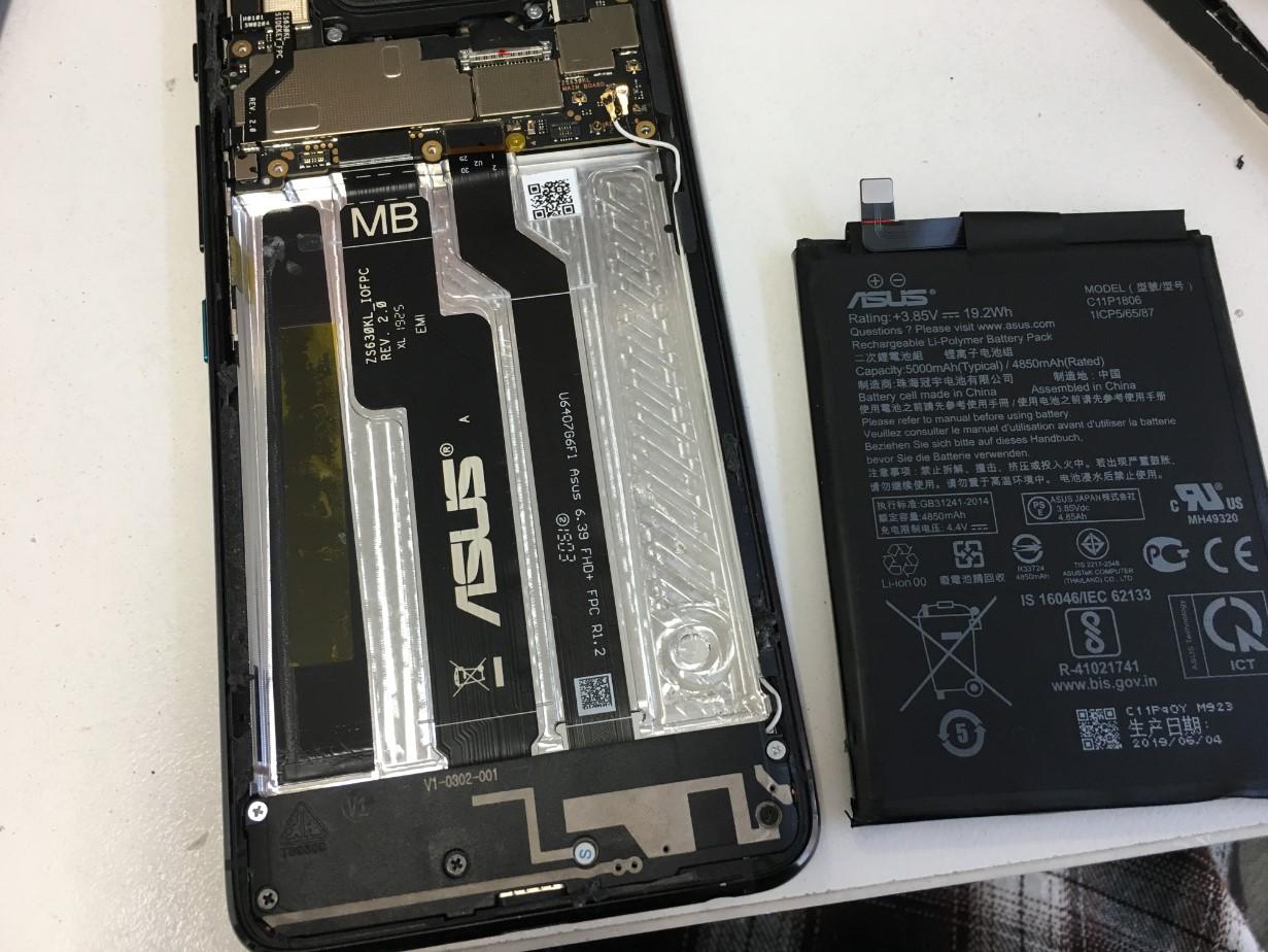 バッテリーを取り出したZenfone6(ZS630KL)
