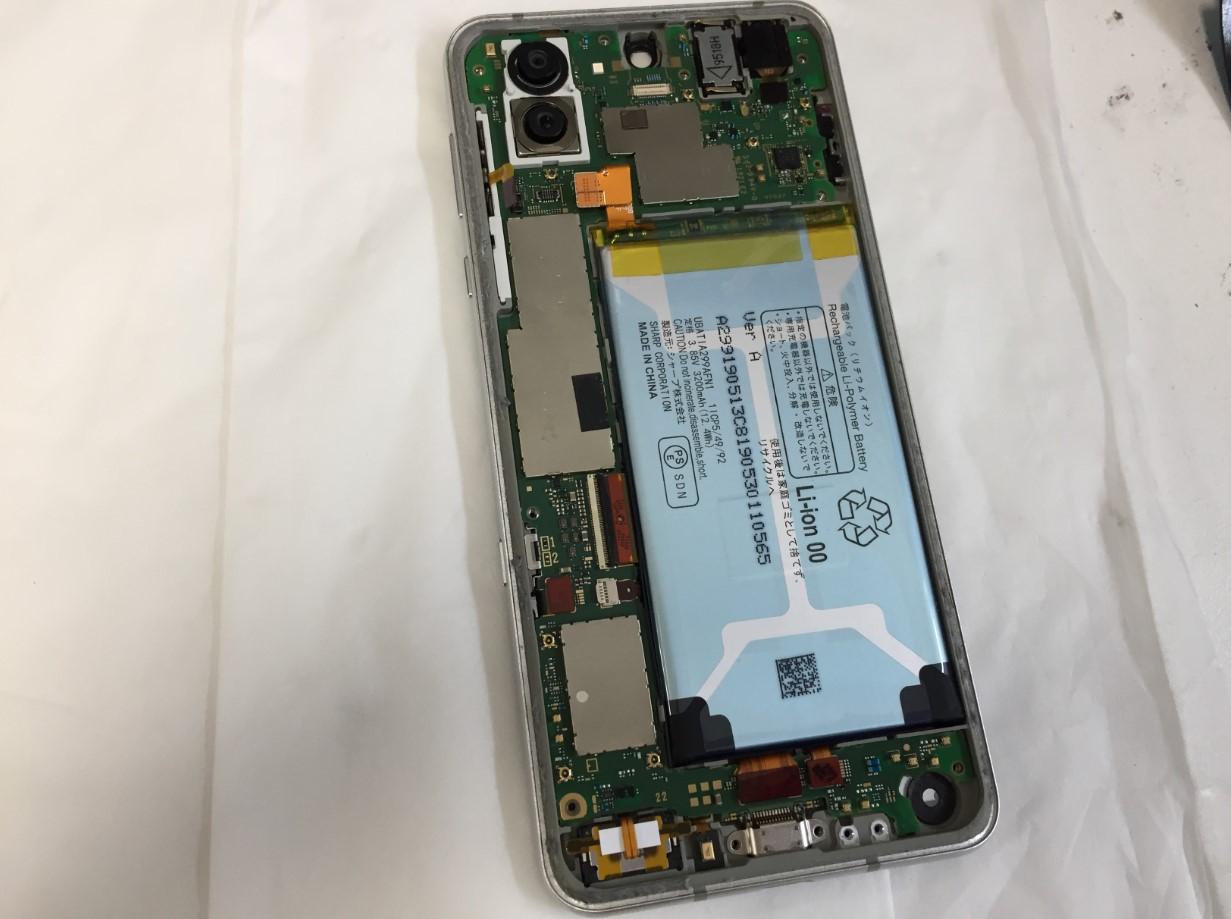 バッテリーと基板を取り出す前のAQUOS R3(SH-04L/SHV44/808SH)