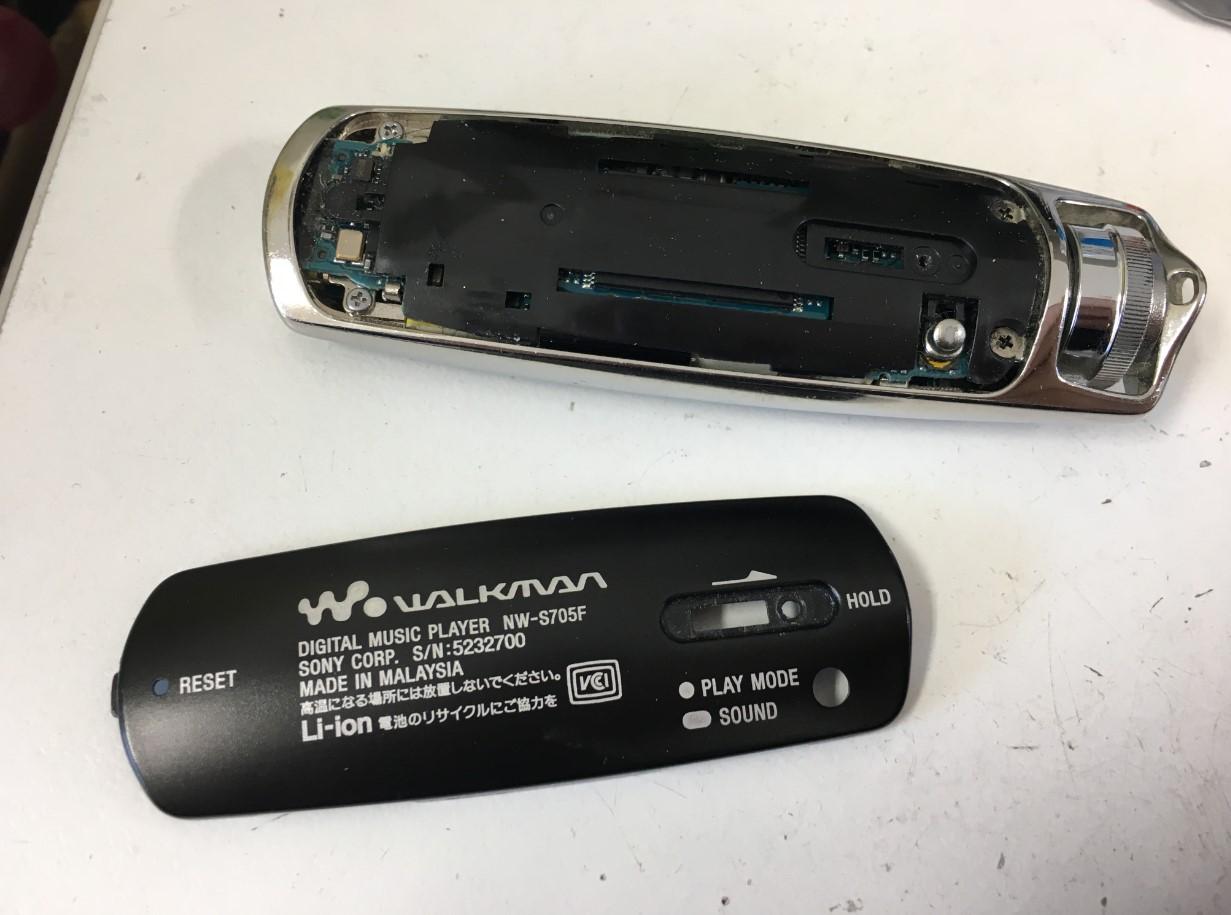 外装を剥がしたWALKMAN NW-S705F