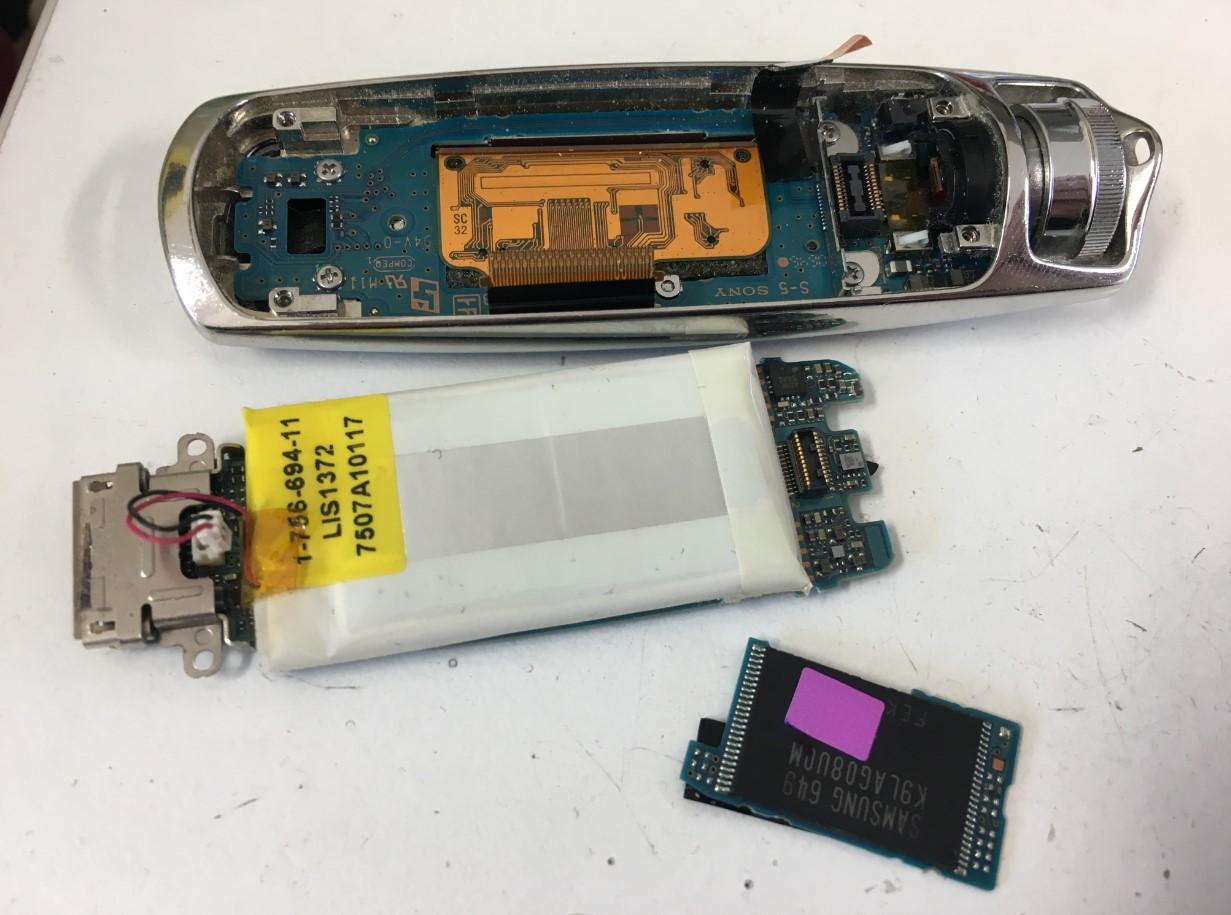 劣化したバッテリーを本体から取り出したWALKMAN NW-S705F
