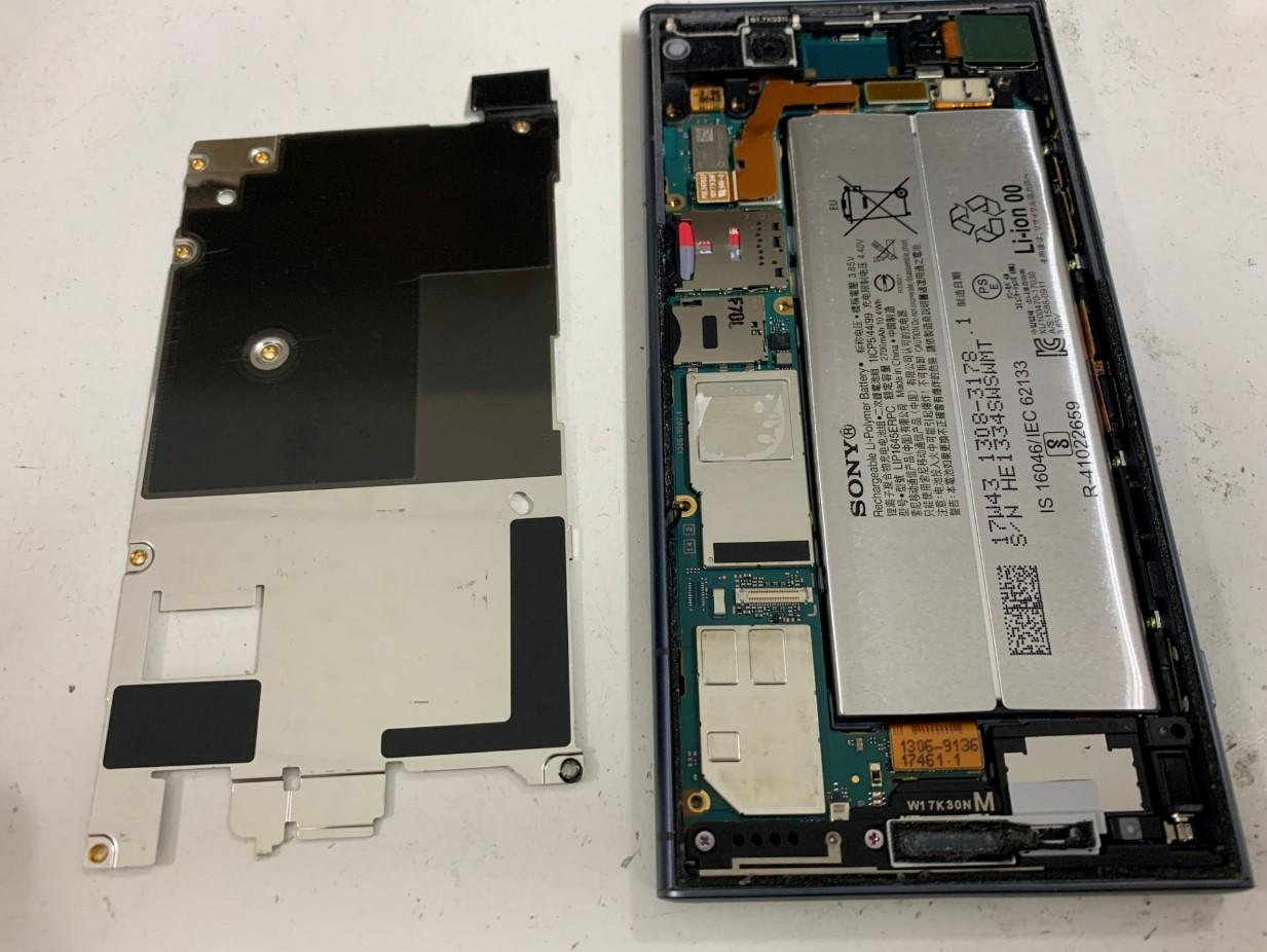 基板とバッテリーを覆った銀板を剥がしたXperiaXZ1