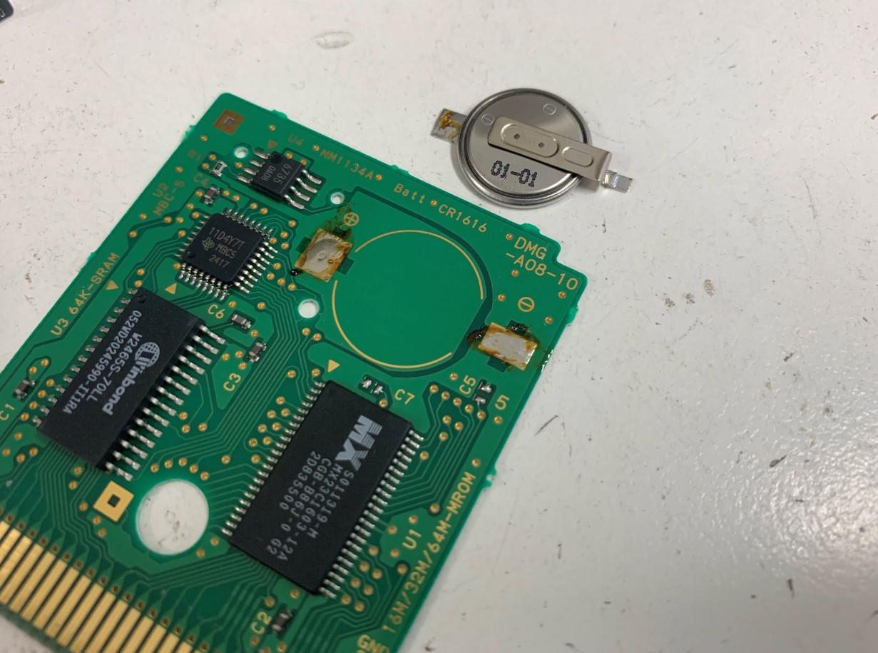 劣化した電池を取り出したセーブできないゲームボーイカラーのゲームソフト