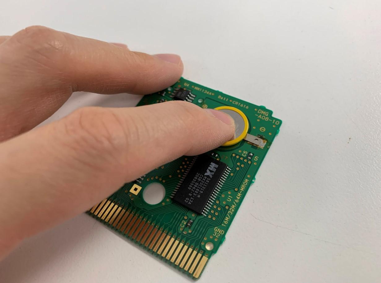 新品の電池を取り付けようとしているセーブできないゲームボーイカラーのゲームソフト