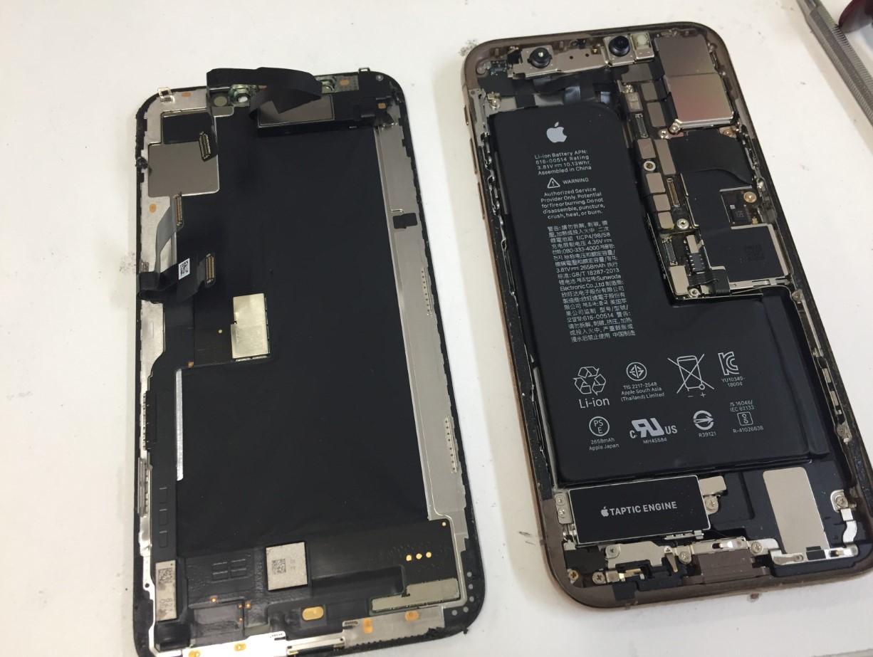 本体から画面を取り出したiPhoneXS