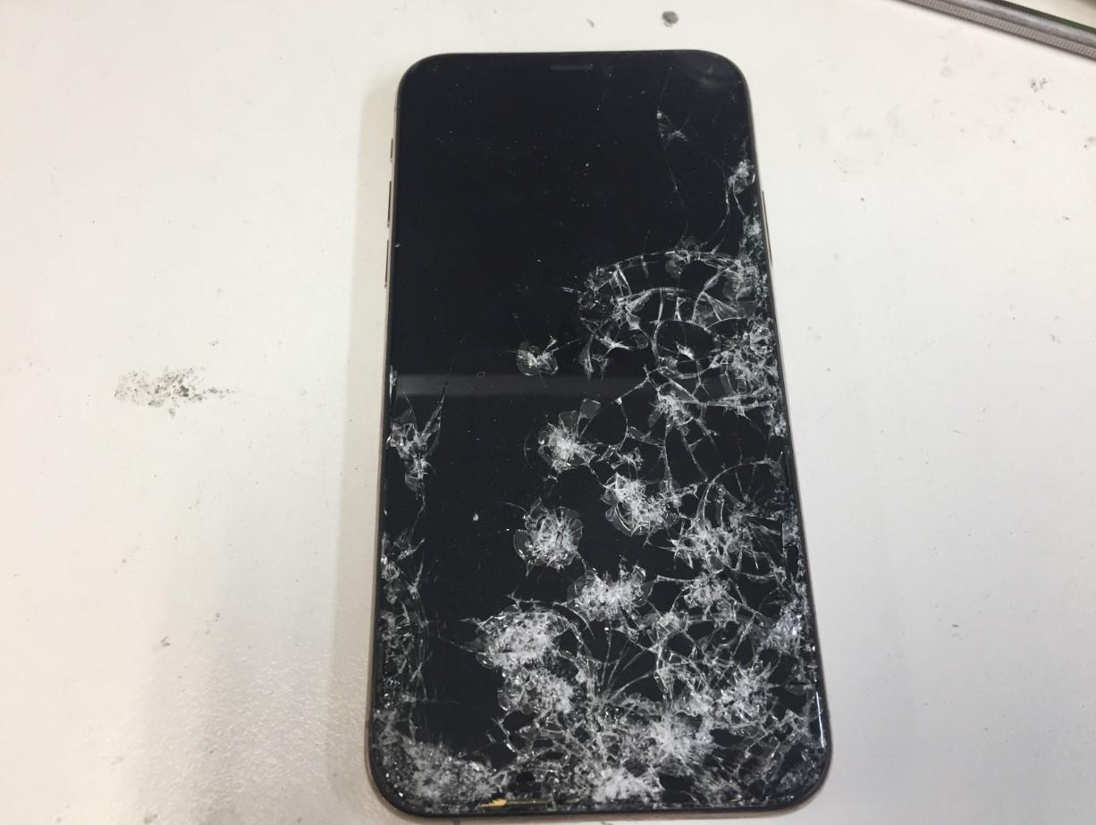 車に轢かれて画面が粉々に割れて操作できないiPhoneXS