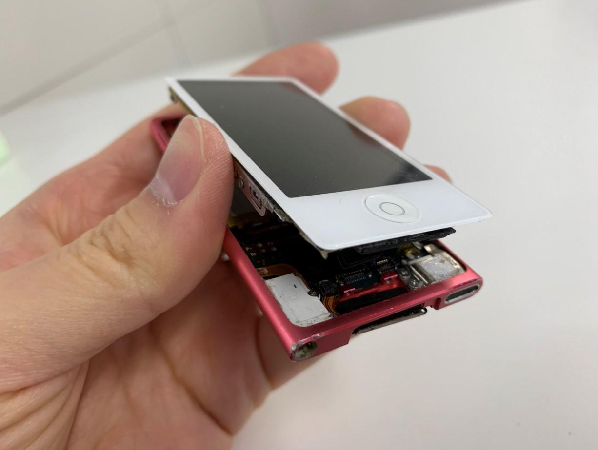 画面を持ち上げたiPod nano 第7世代