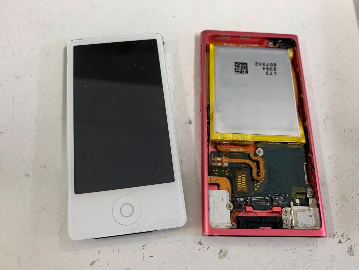 本体から画面を取り出したiPod nano 第7世代