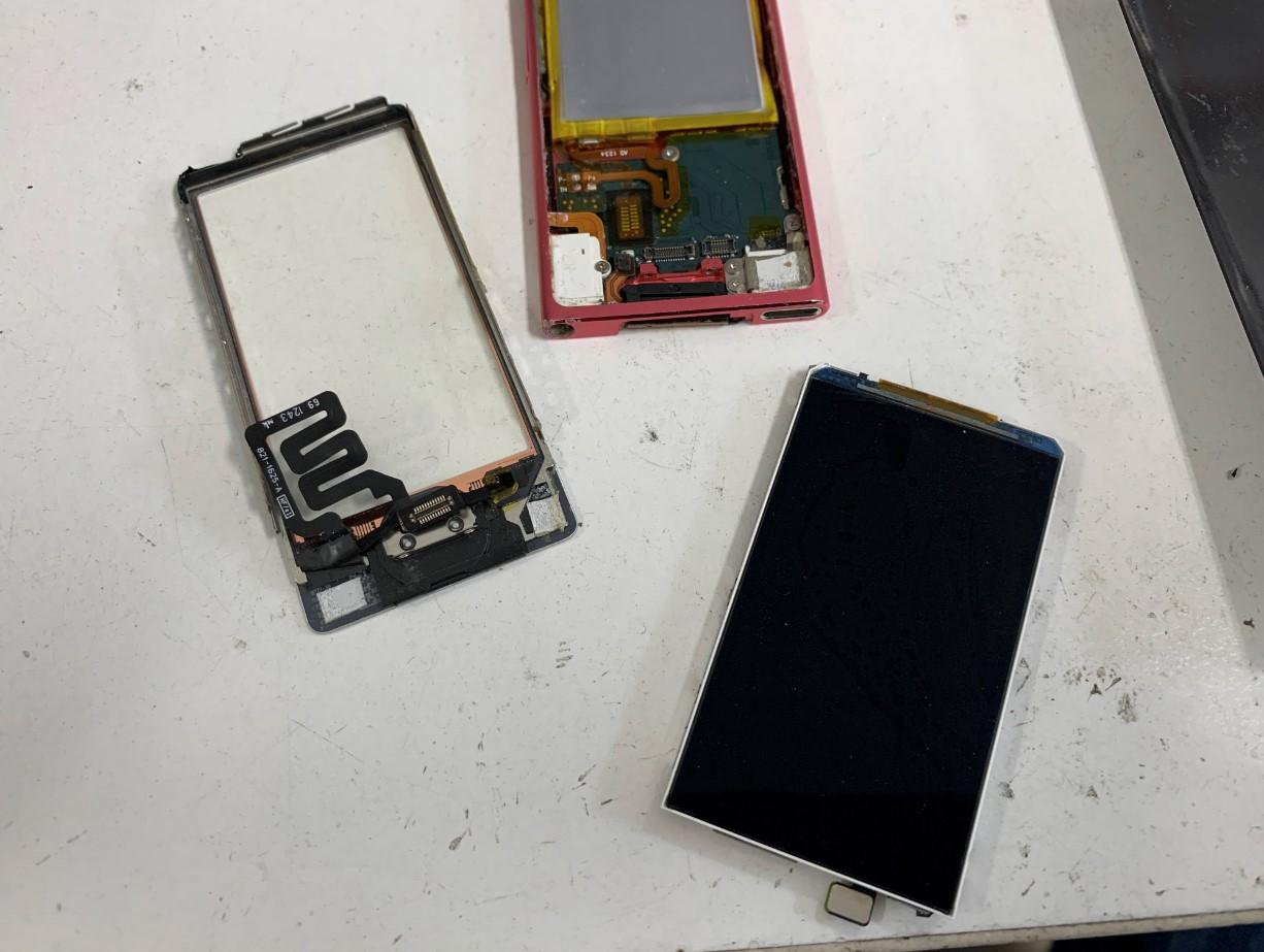 画面をバラバラに分解したiPod nano 第7世代