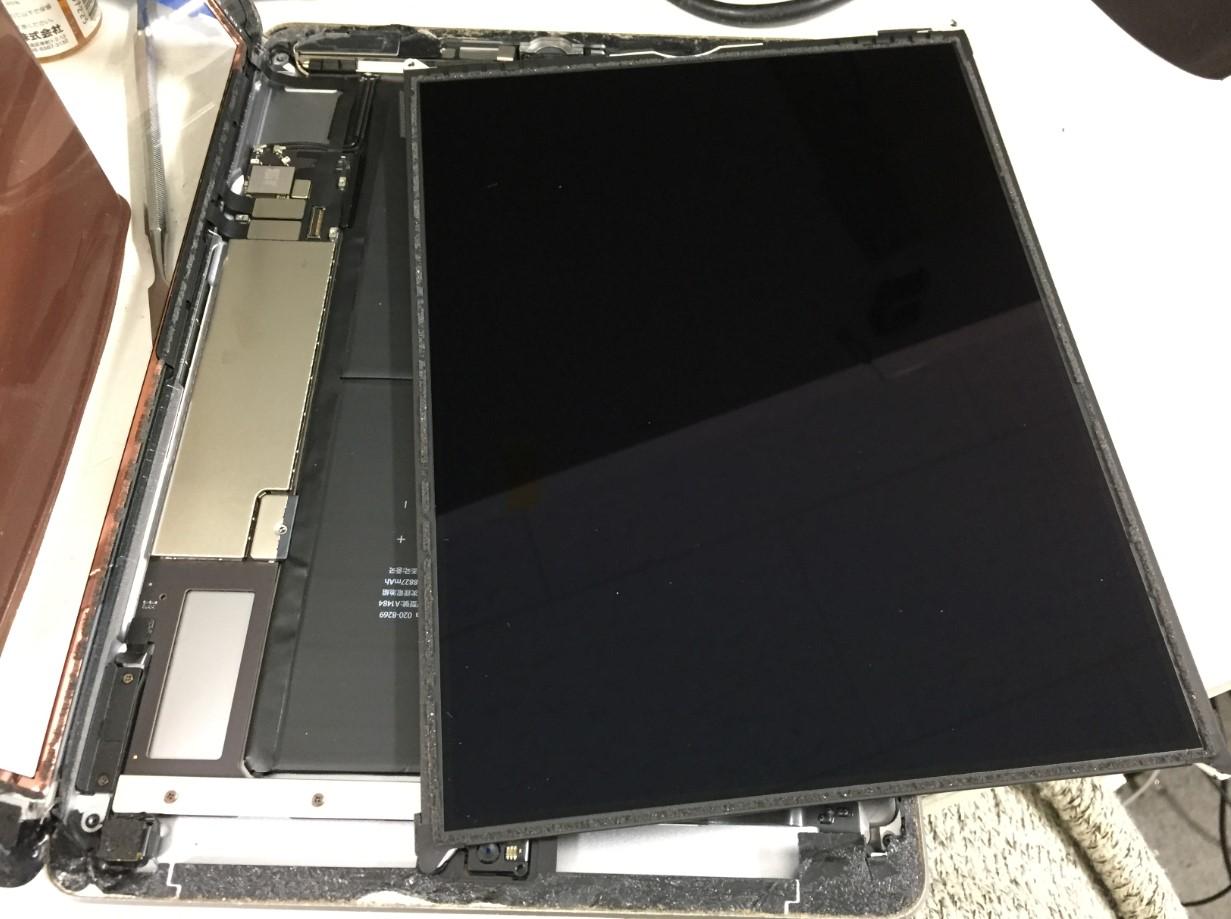 本体から液晶画面を取り出したiPad第6世代