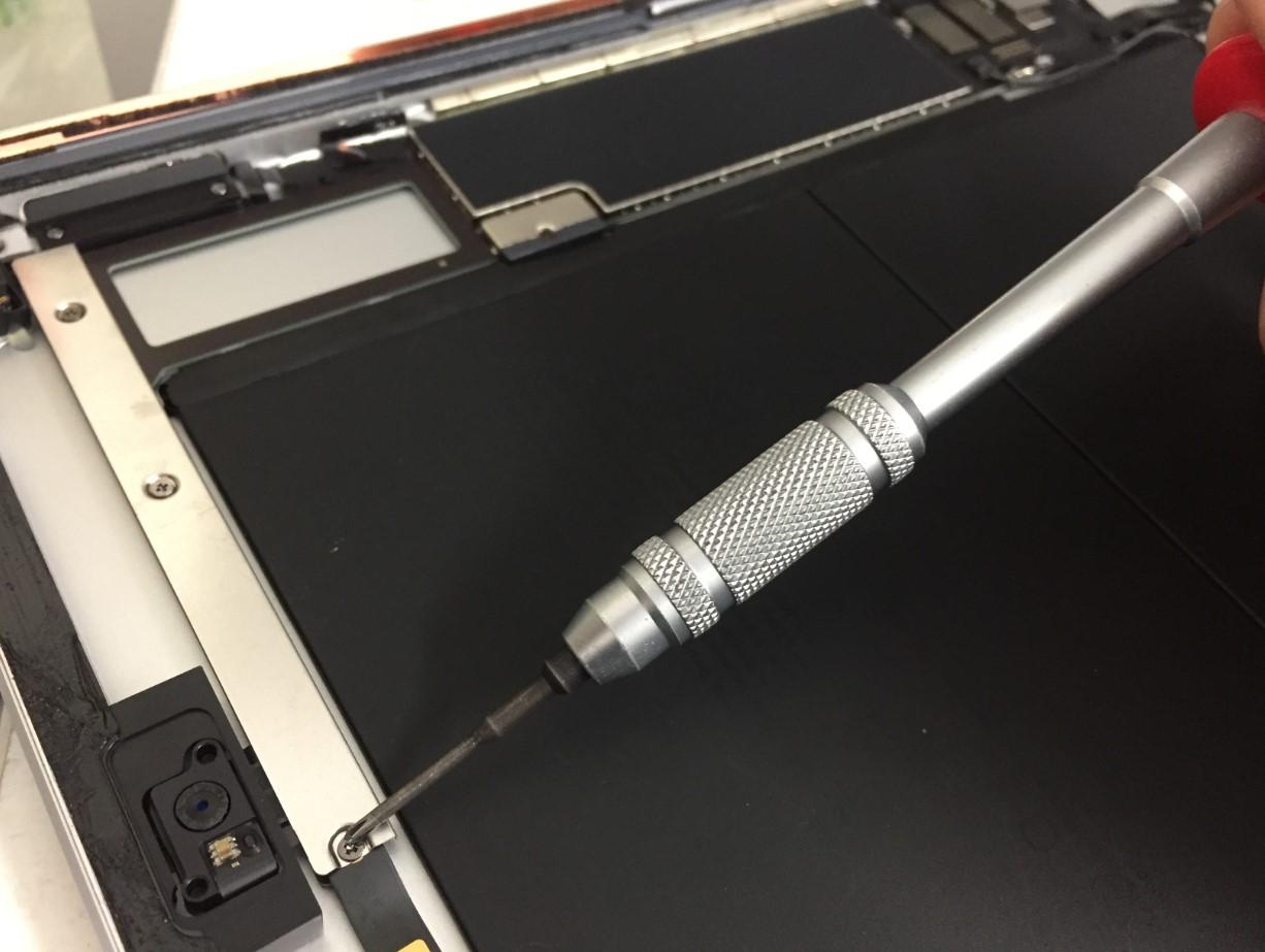 内部のネジを外しているiPad第7世代