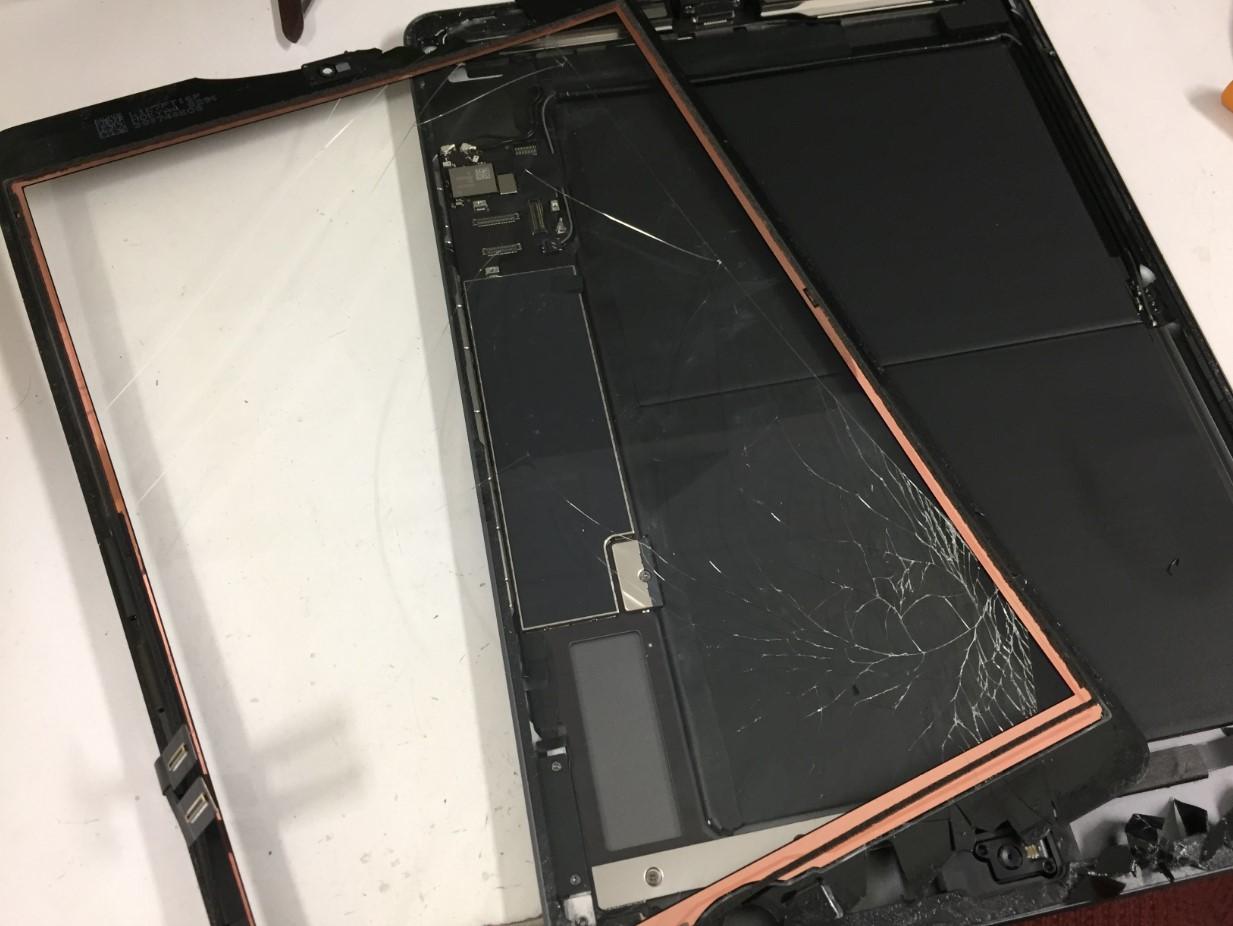 割れたガラスを取り出したiPad第8世代