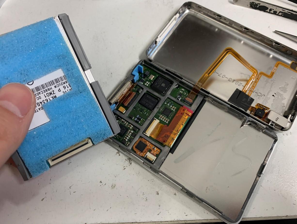 本体からHDDを取り出したiPod Classic