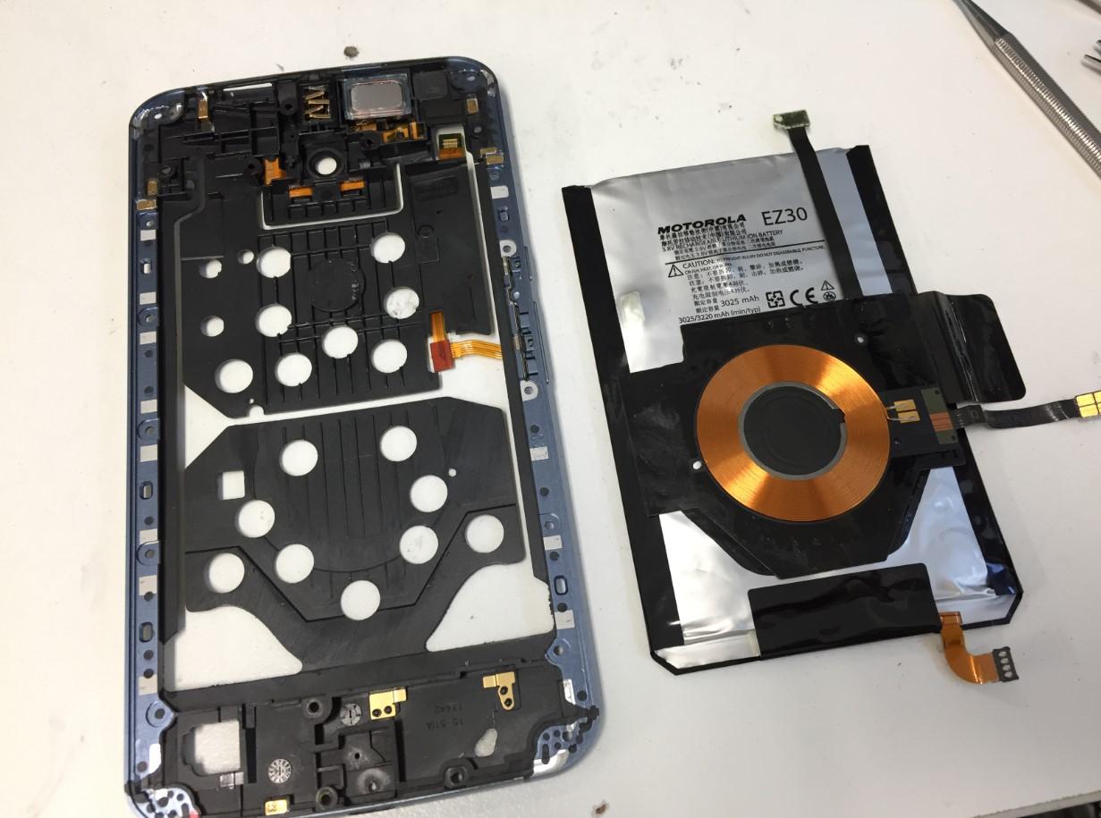 ミドルフレームからバッテリーを剥がしたNexus6