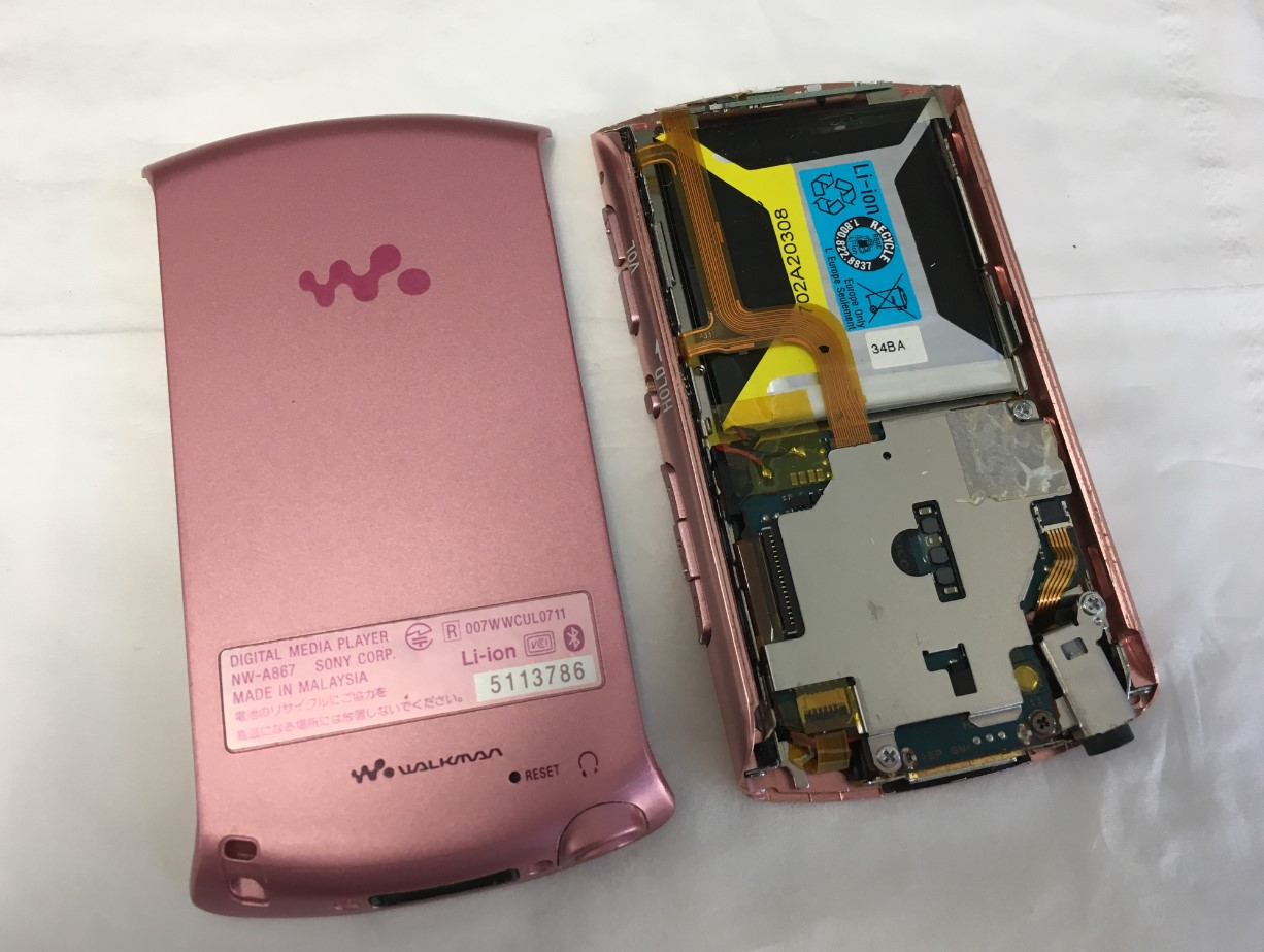 背面パネルを剥がしたウォークマン NW-A867