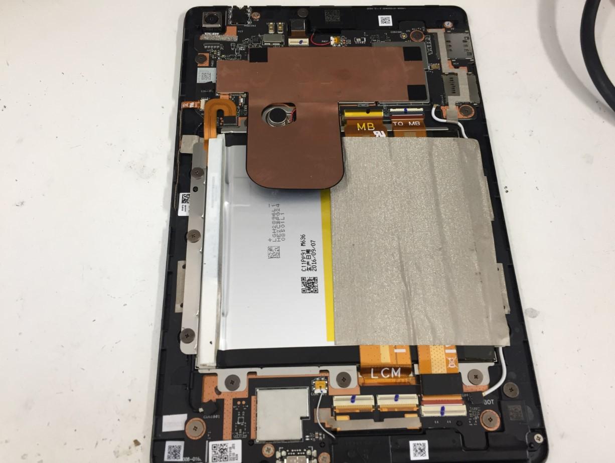 内部のネジを外しているZenPad3 8.0