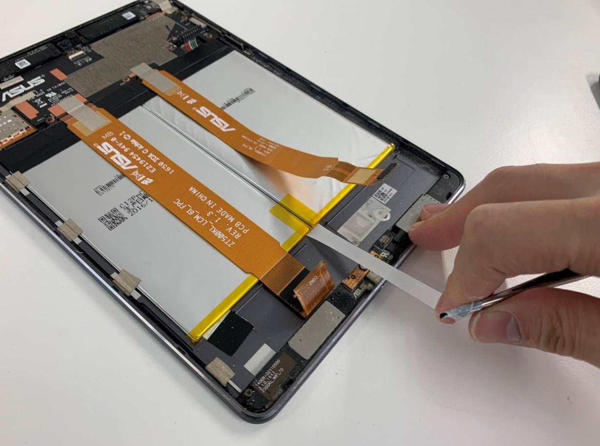 バッテリー固定シールを剥がしているZenPad 3S 10(Z500KL)