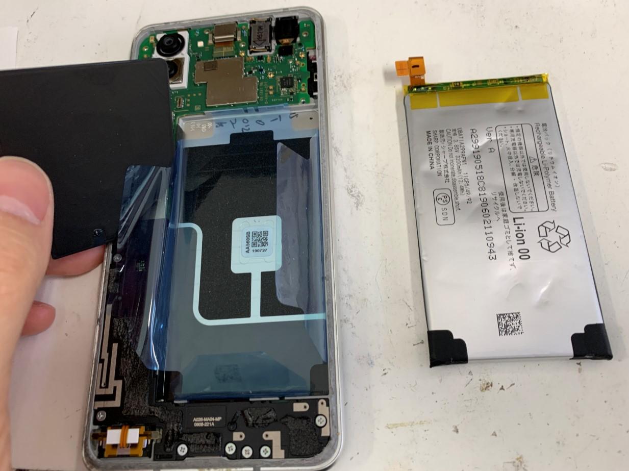膨張したバッテリーを取り出したAQUOS R3
