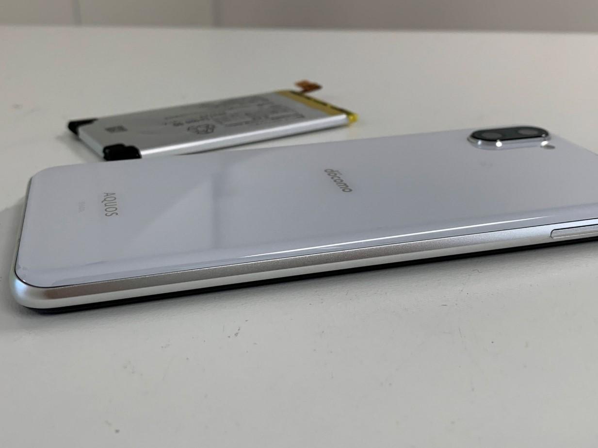 バッテリー交換することで背面パネルの浮きが改善したAQUOS R3