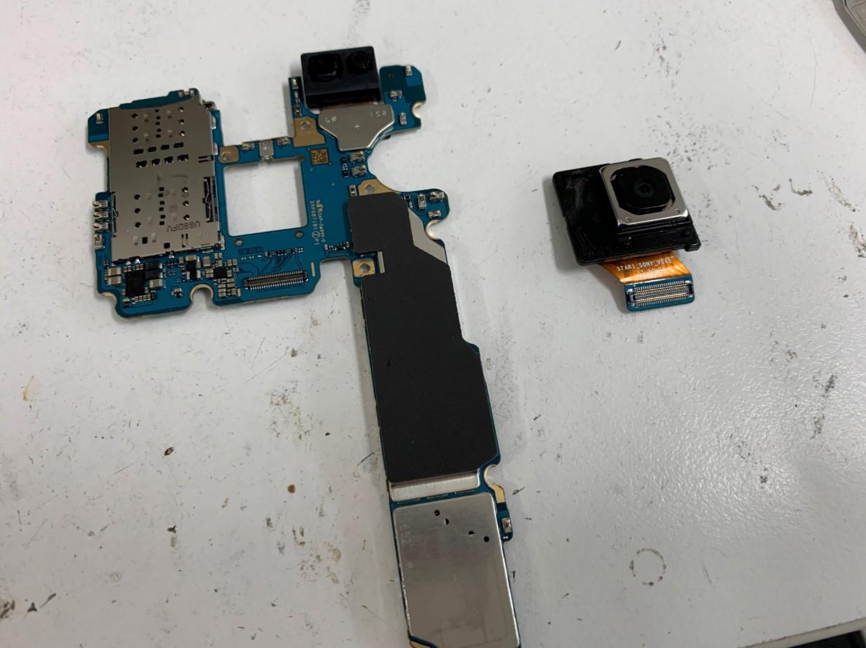 バックカメラを取り出したGalaxy S9