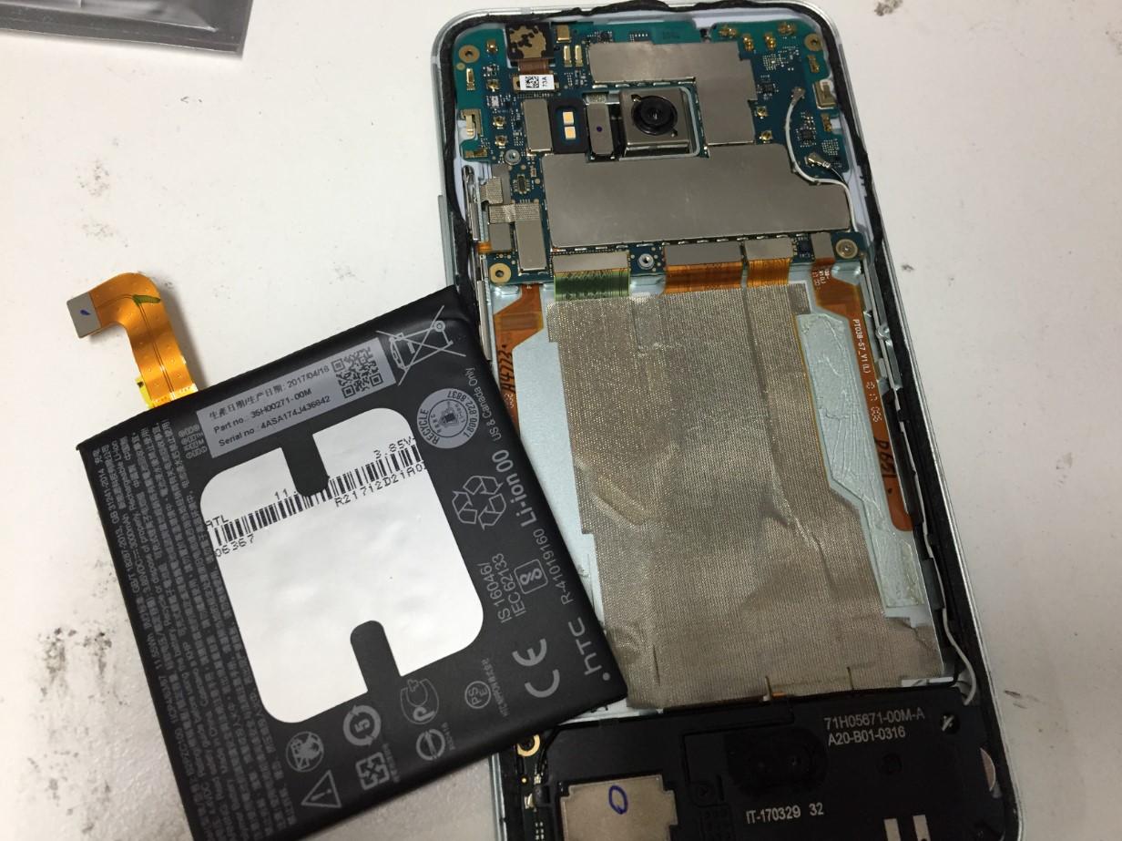 劣化したバッテリーを取り出したHTC U11