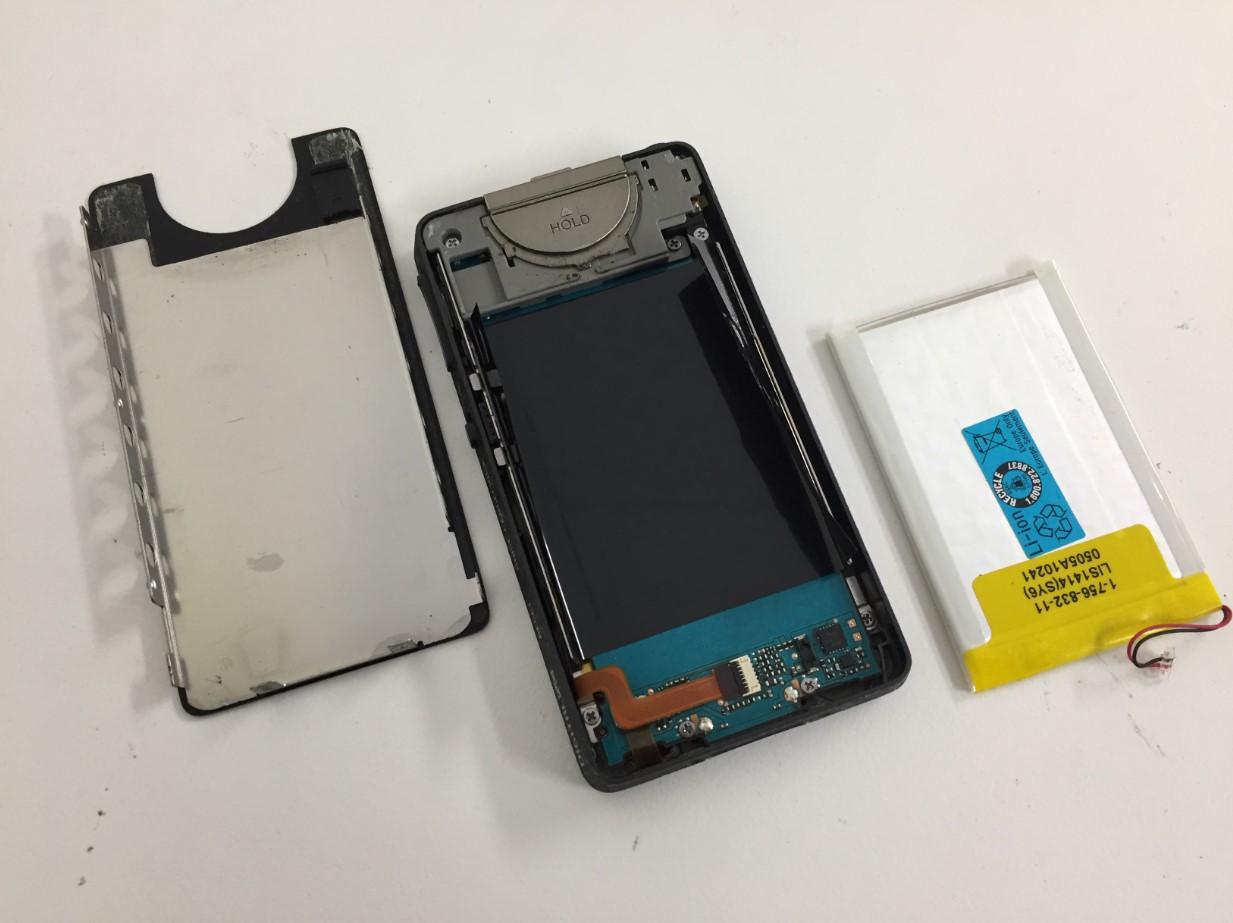 本体からバッテリーを取り出したWALKMAN NW-X1050