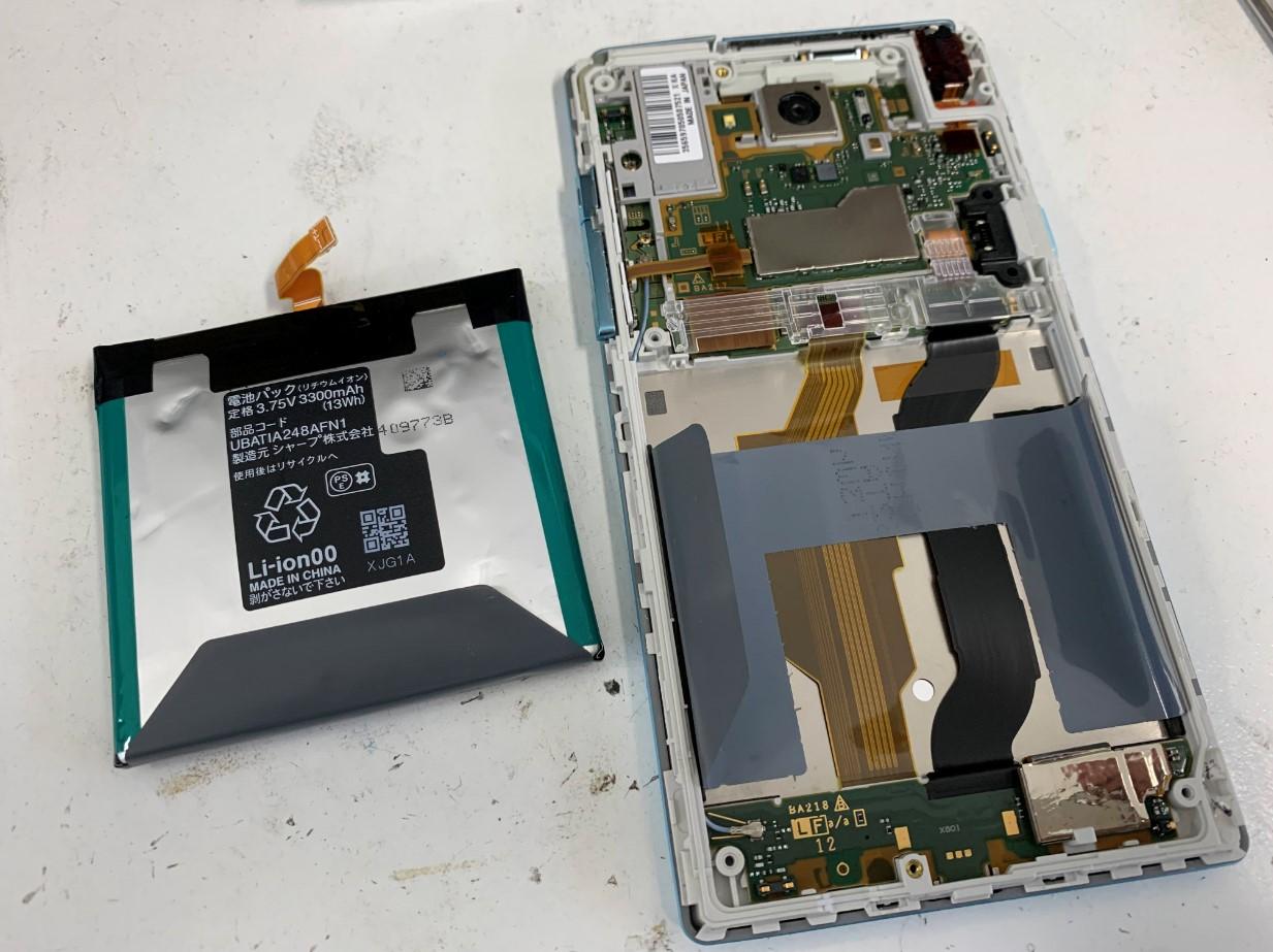膨張しきったバッテリーを本体から剥がしたSH-02G