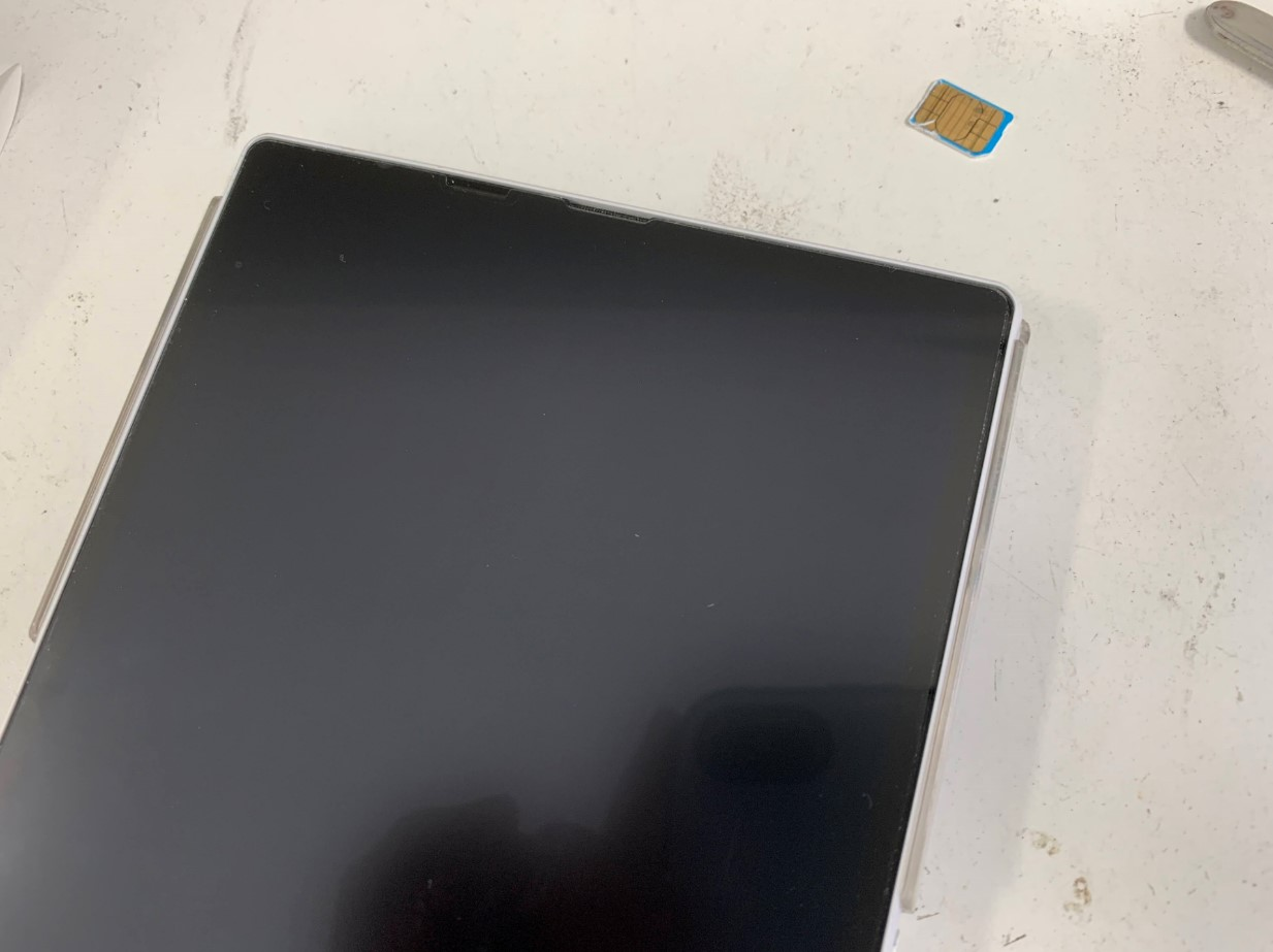 SIMカードを取り出して本体を組み上げたアンドロイドタブレット SH-06F