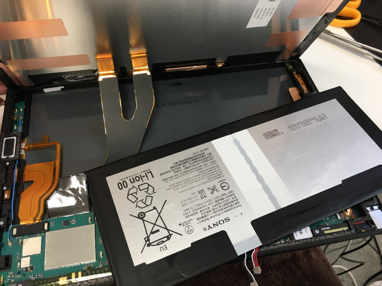 本体から電池パックを取り出したXperiaZ4Tablet(SO-05G)