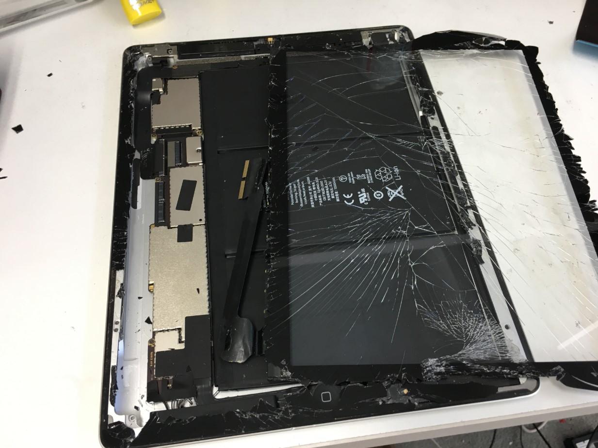 割れたガラスを本体から取り出したiPad3
