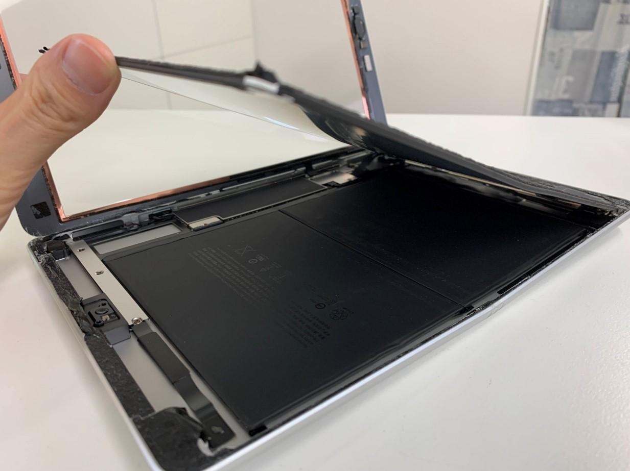 液晶画面を持ち上げたiPad第8世代