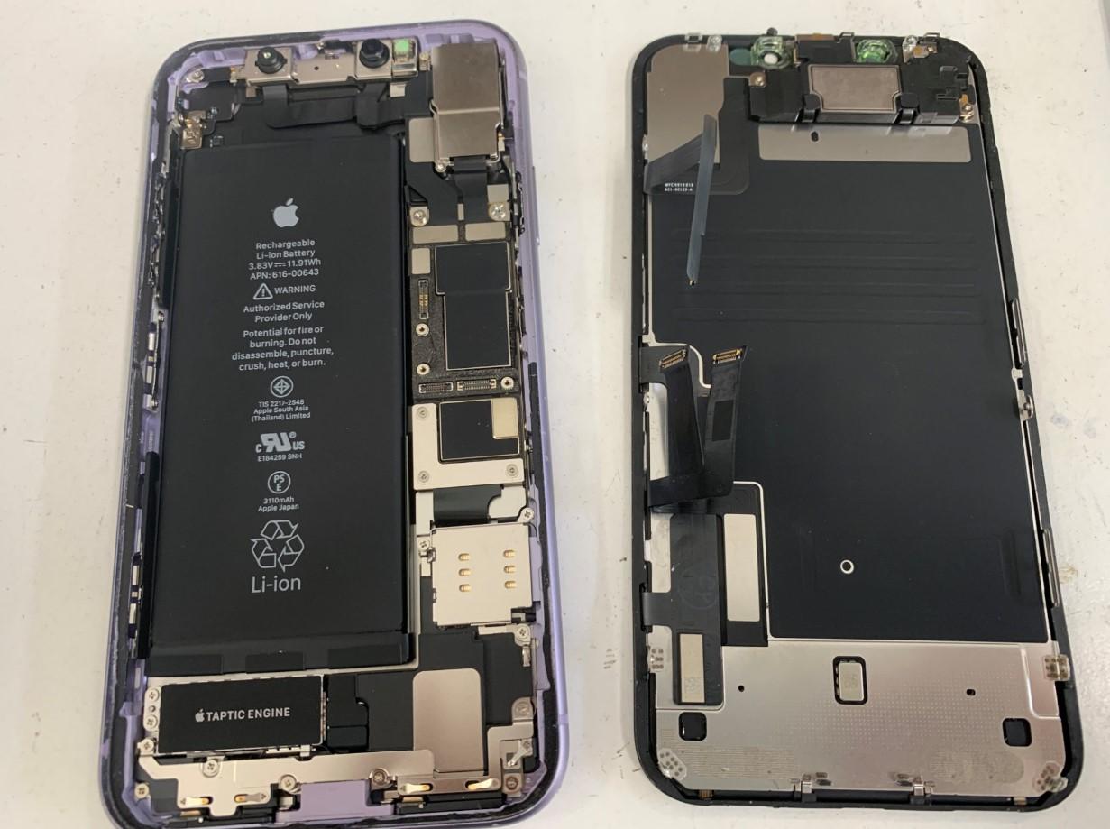 本体から画面パーツを剥がしたiPhone11