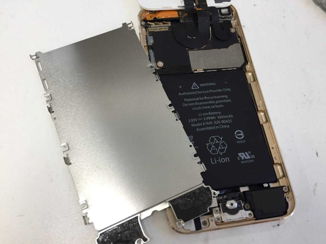 内部の銀板を剥がしたiPod touch第6世代