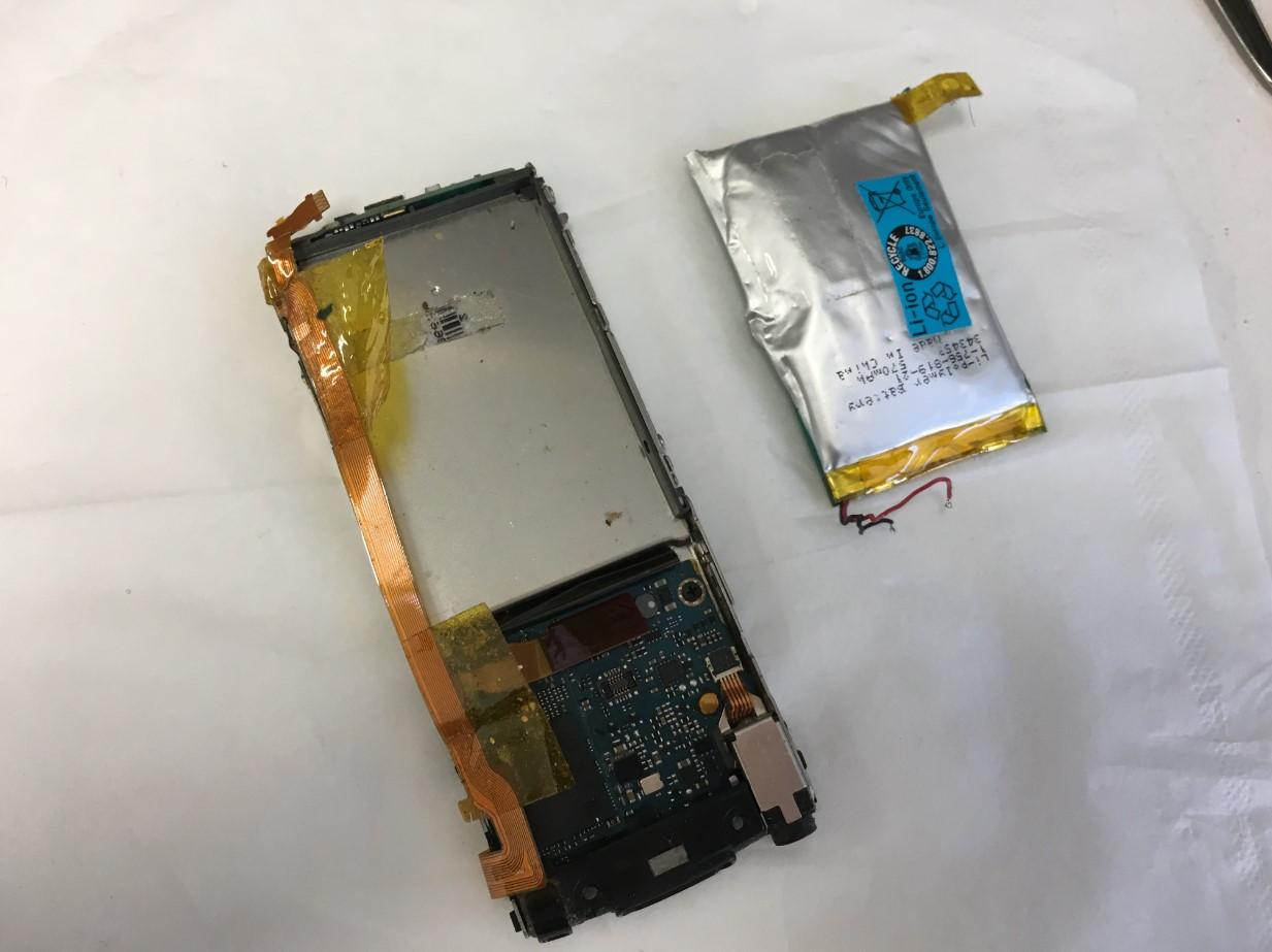 膨張したバッテリーを本体から取り出したウォークマン NW-S765
