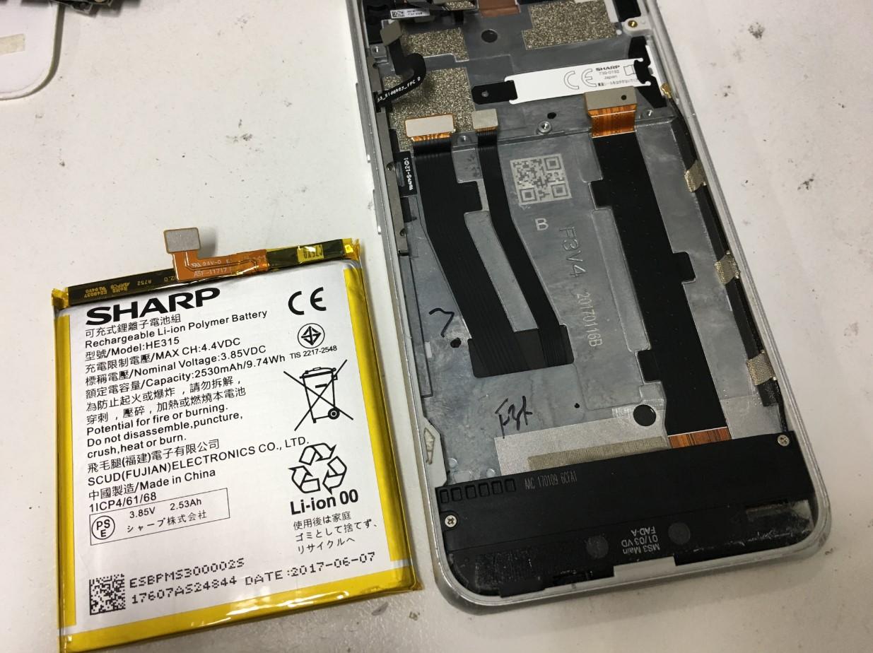 本体からバッテリーを取り出したAndroid One S1