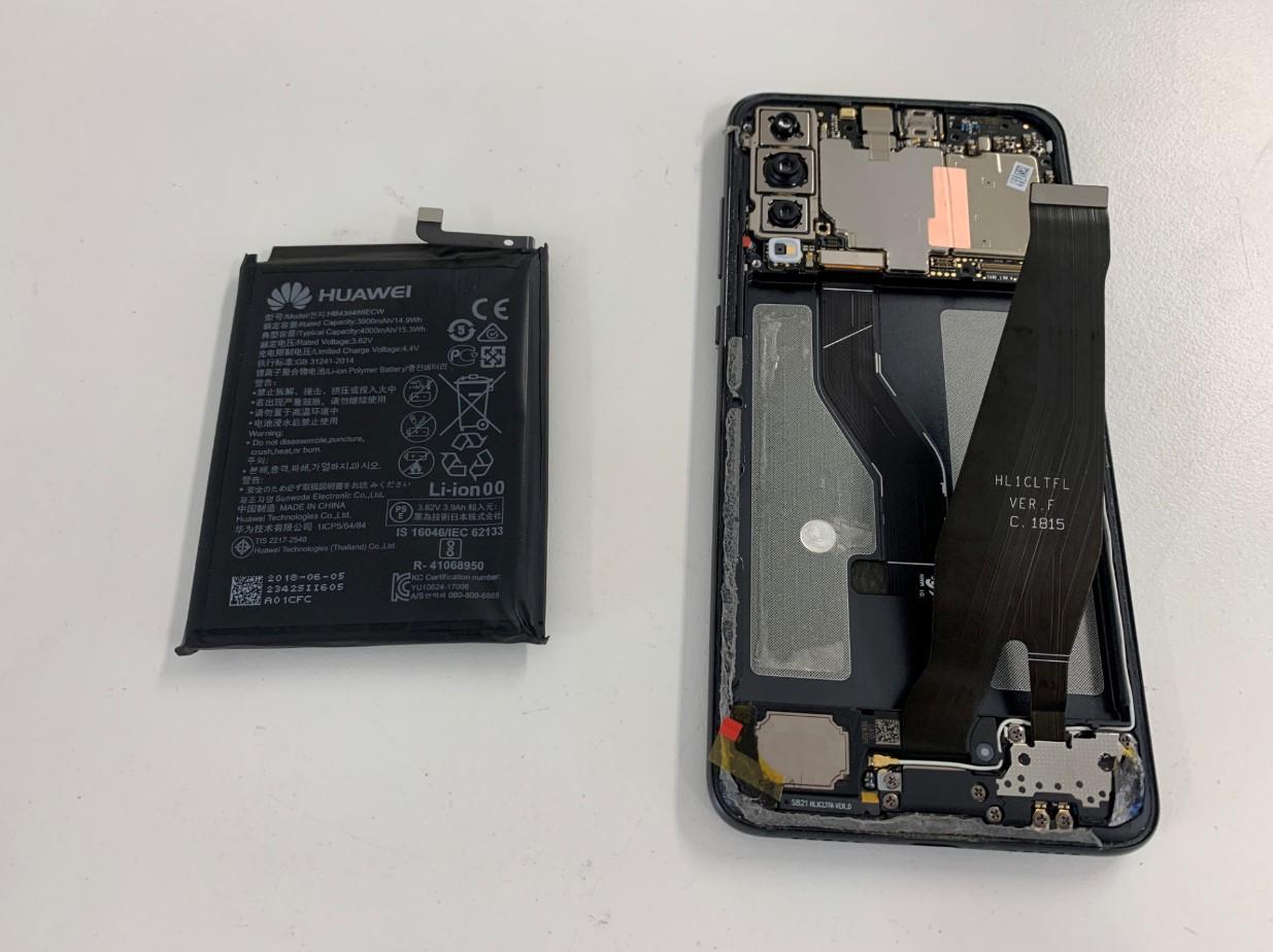 本体からバッテリーを取り出したHUAWEI P20Pro