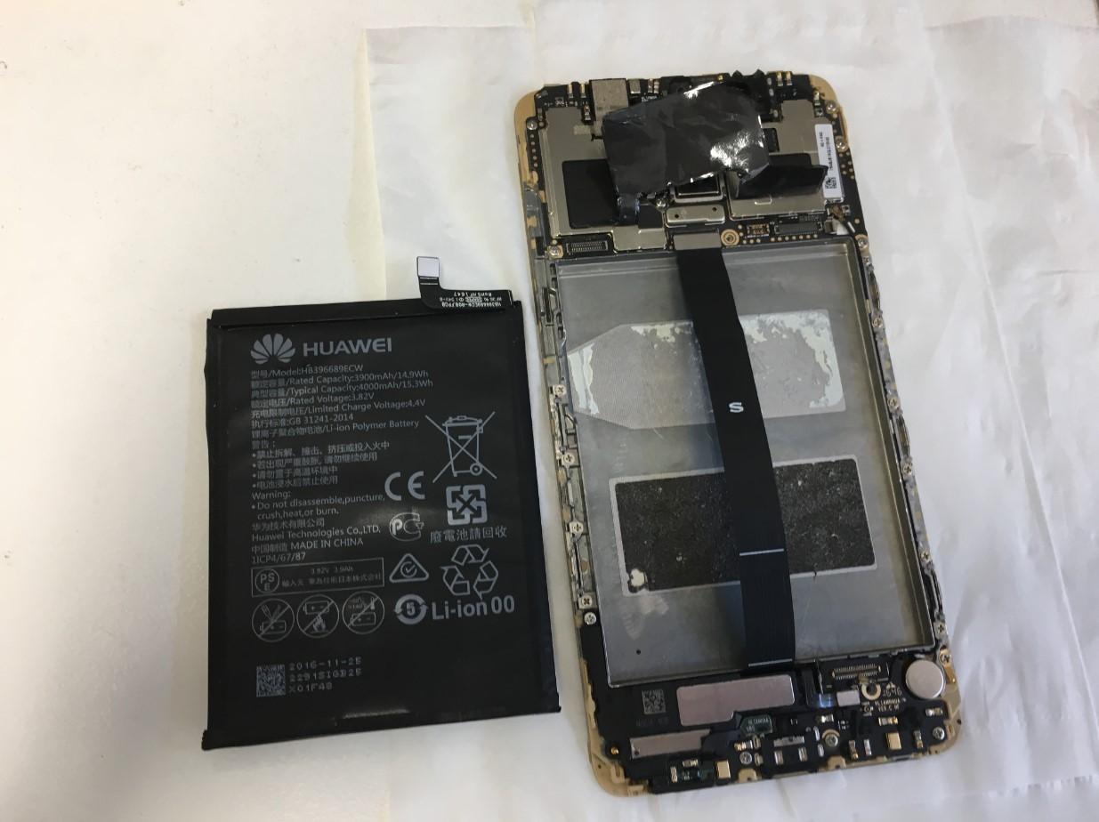 バッテリーを本体から取り出したHUAWEI Mate9