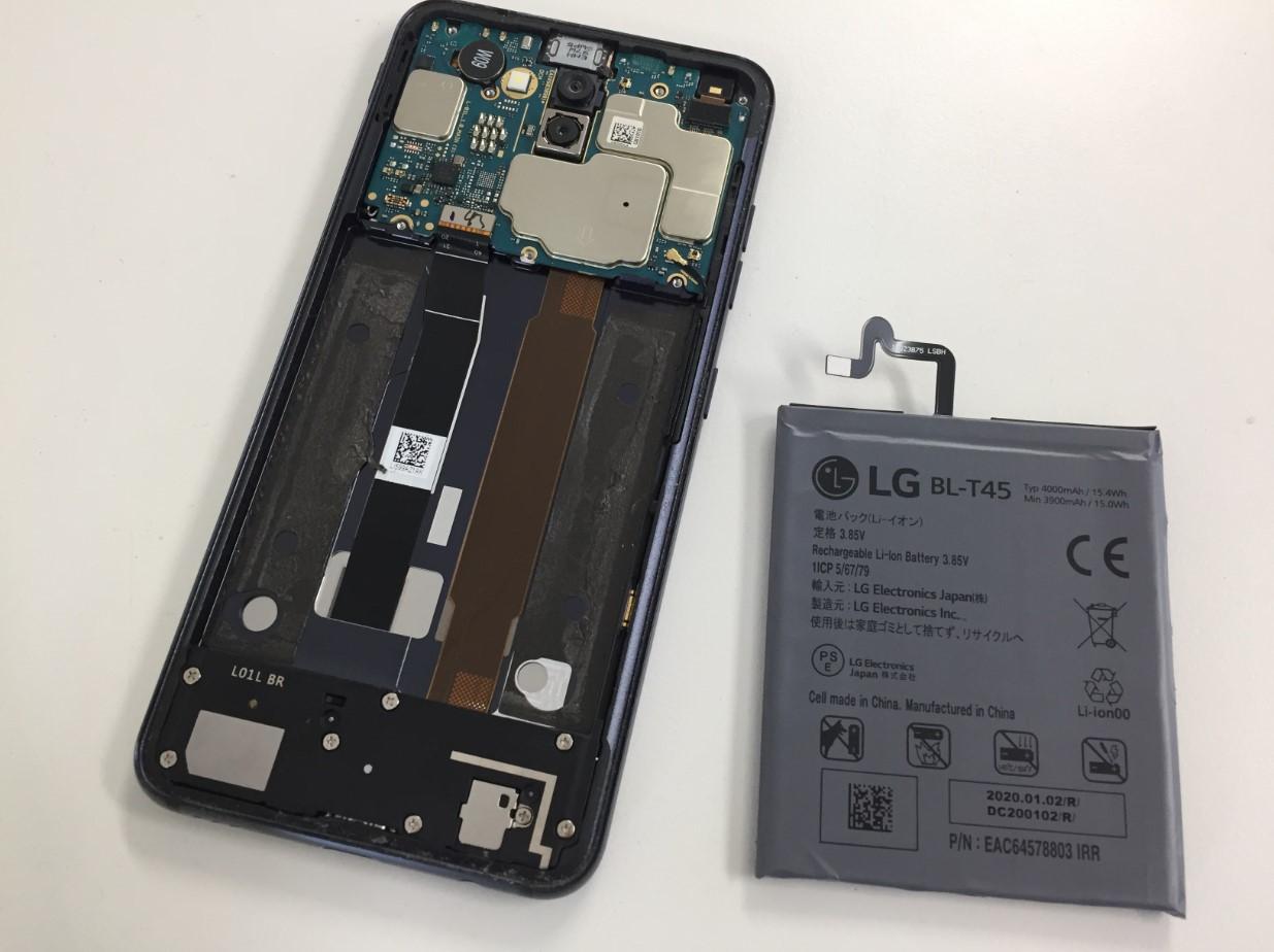 本体から劣化したバッテリーを取り出したLG Style2(L-01L)