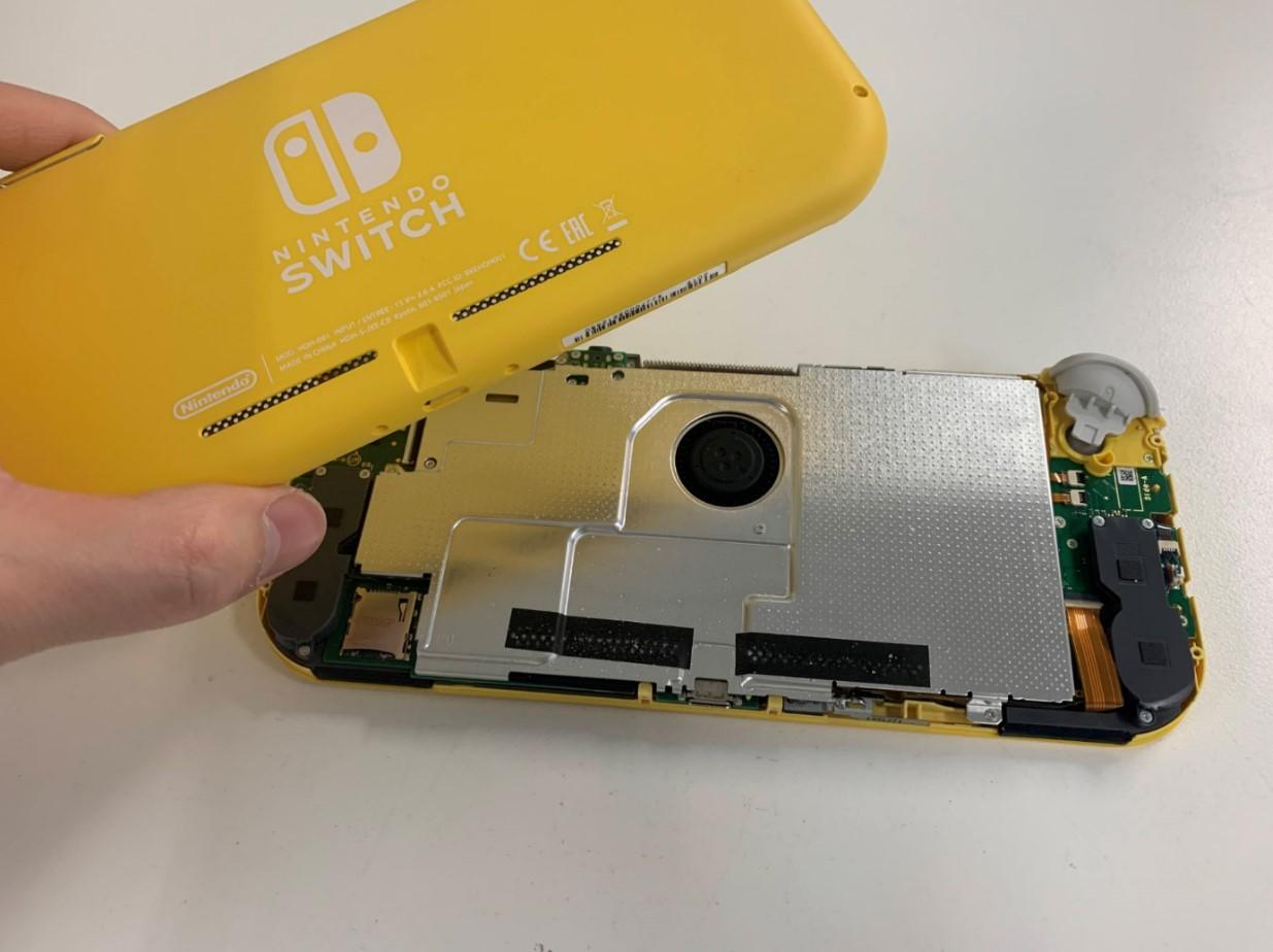 本体から背面パネルを取り出したSwitch Lite