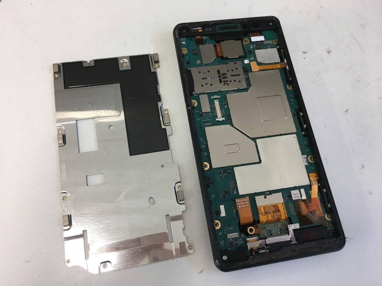 基板を覆った銀板を剥がしたXperia XZ2