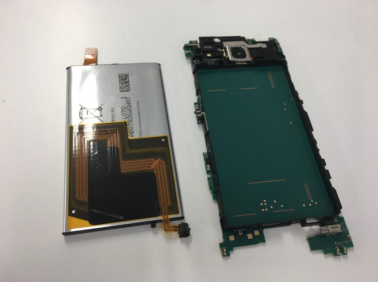 本体からバッテリーを剥がしたXperia XZ2