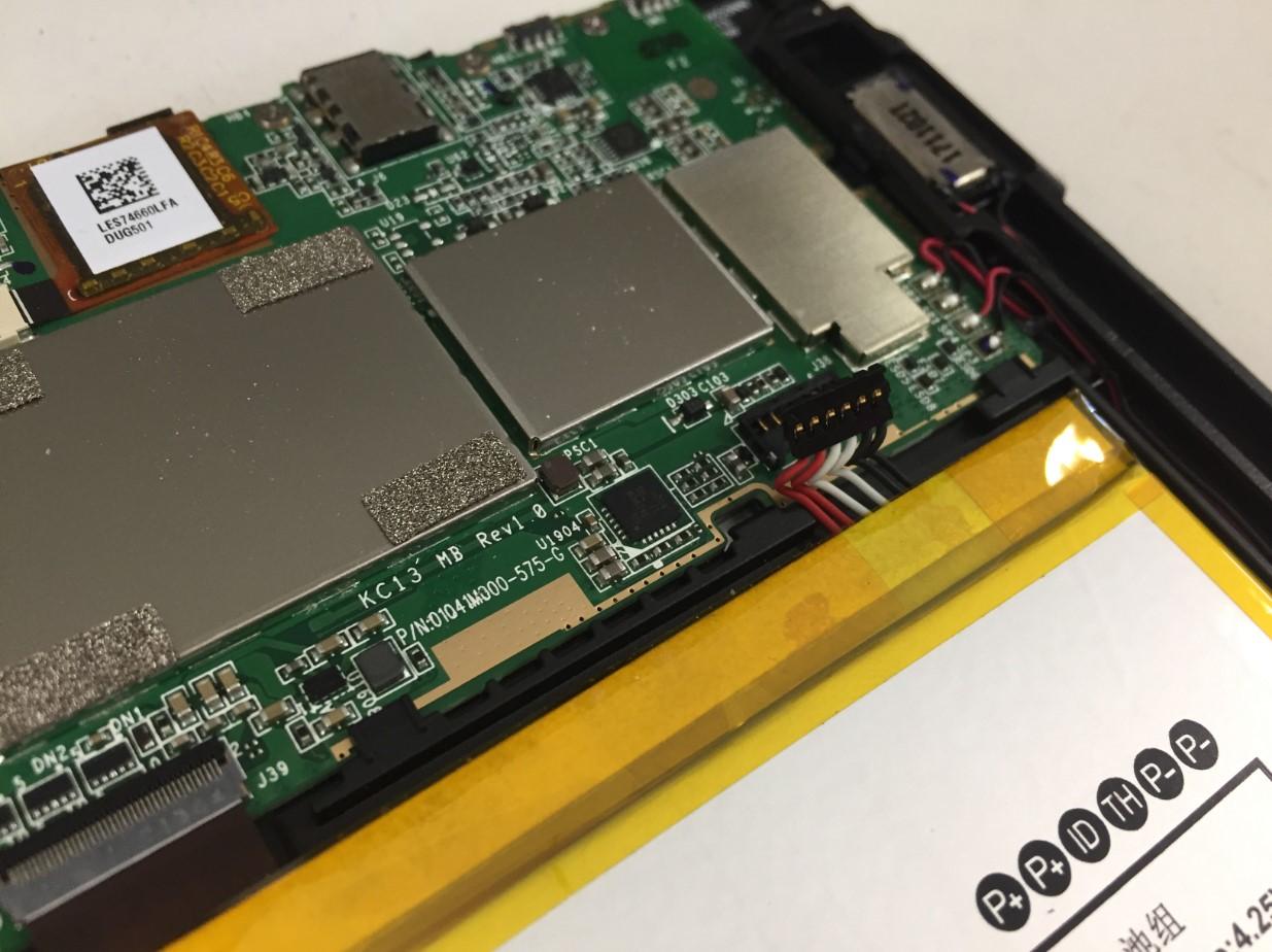 バッテリーコネクタを外したFire HD 8(第7世代)