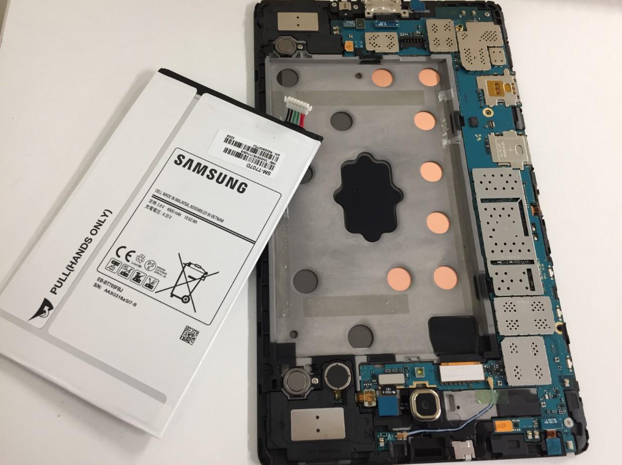 本体からバッテリーを取り出したGalaxy S 8.4(SC-03G)
