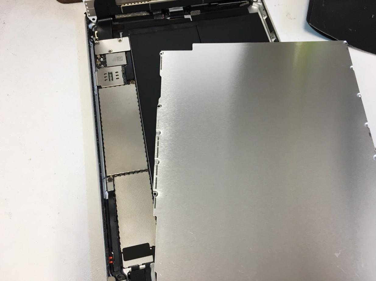 画面下の銀板を剥がしたiPad mini2